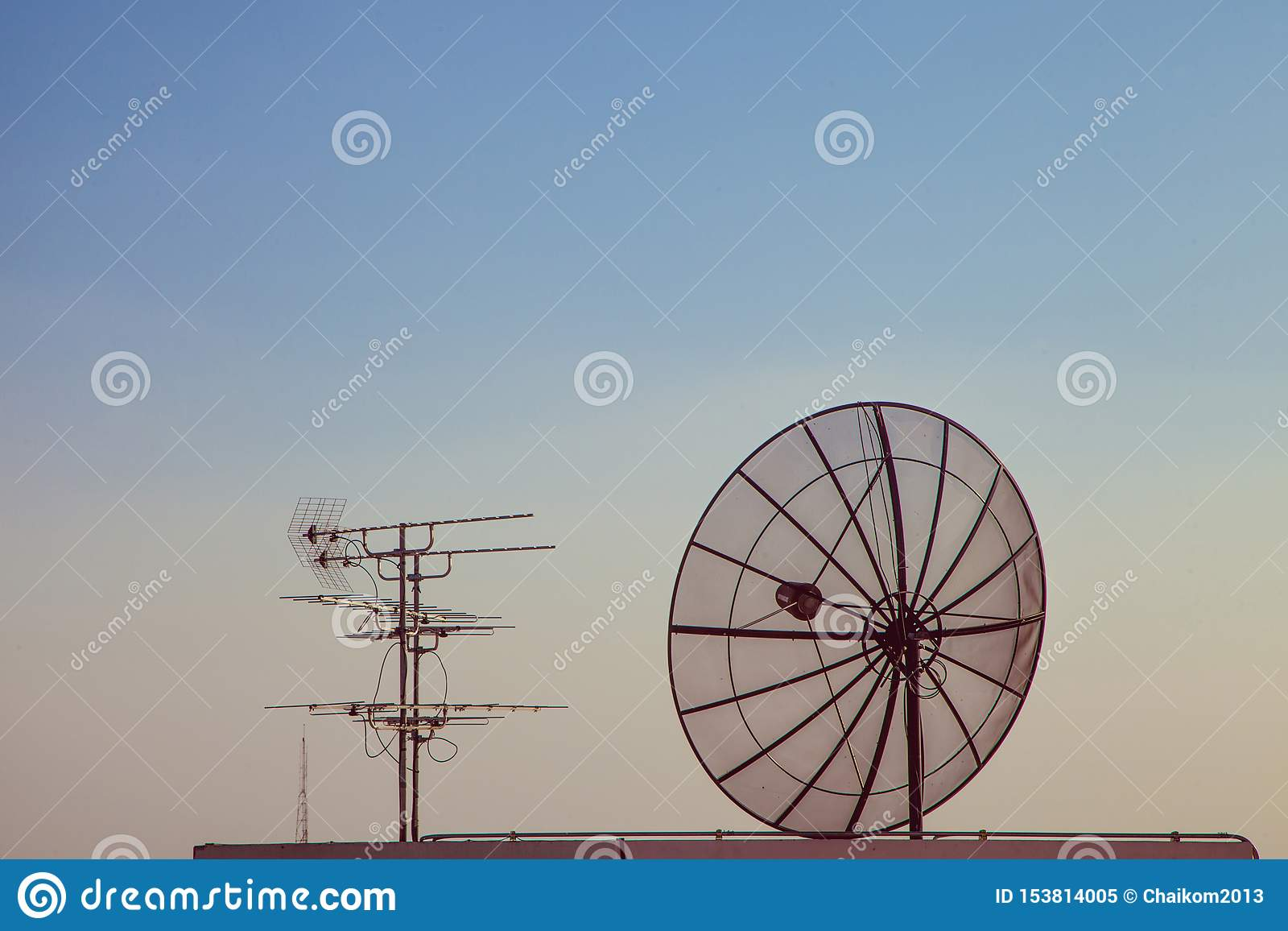 Antena satelitarna z starym telewizyjnym odbiorcą