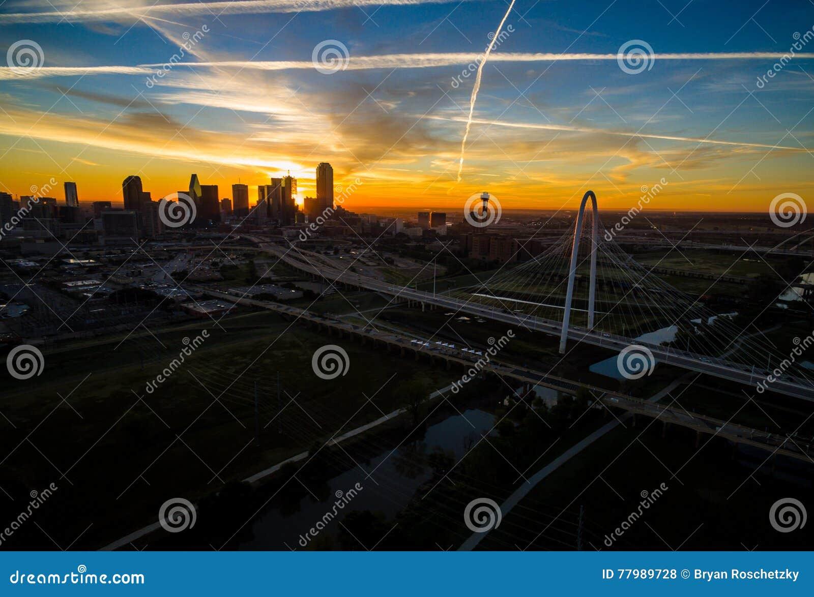 Antena sobre el puente de la colina de Dallas Texas Dramatic Sunrise Margaret Hunt y la torre de la reunión