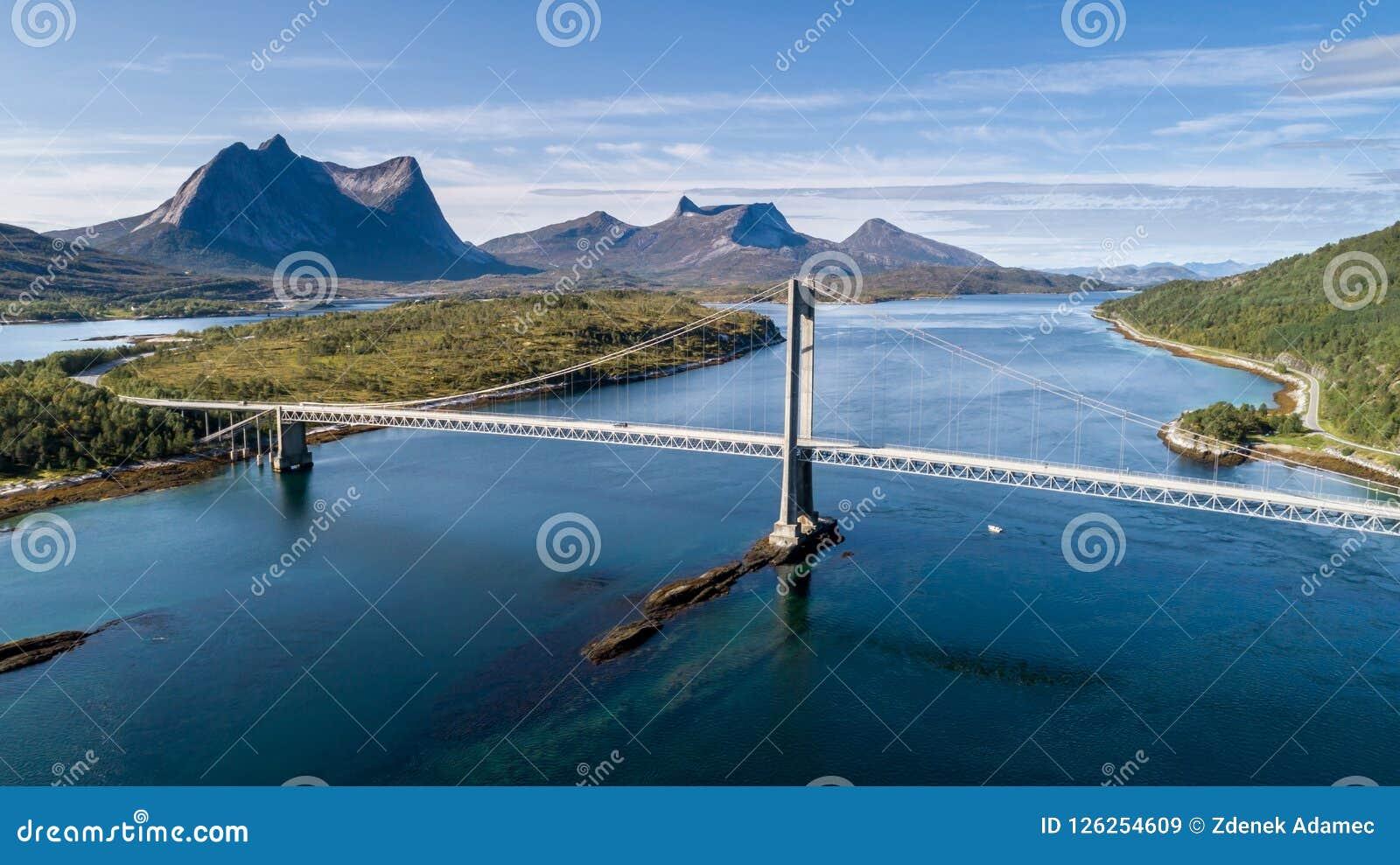 Antena strzelał zawieszenie most nad Efjord z halnym Stortinden w tle