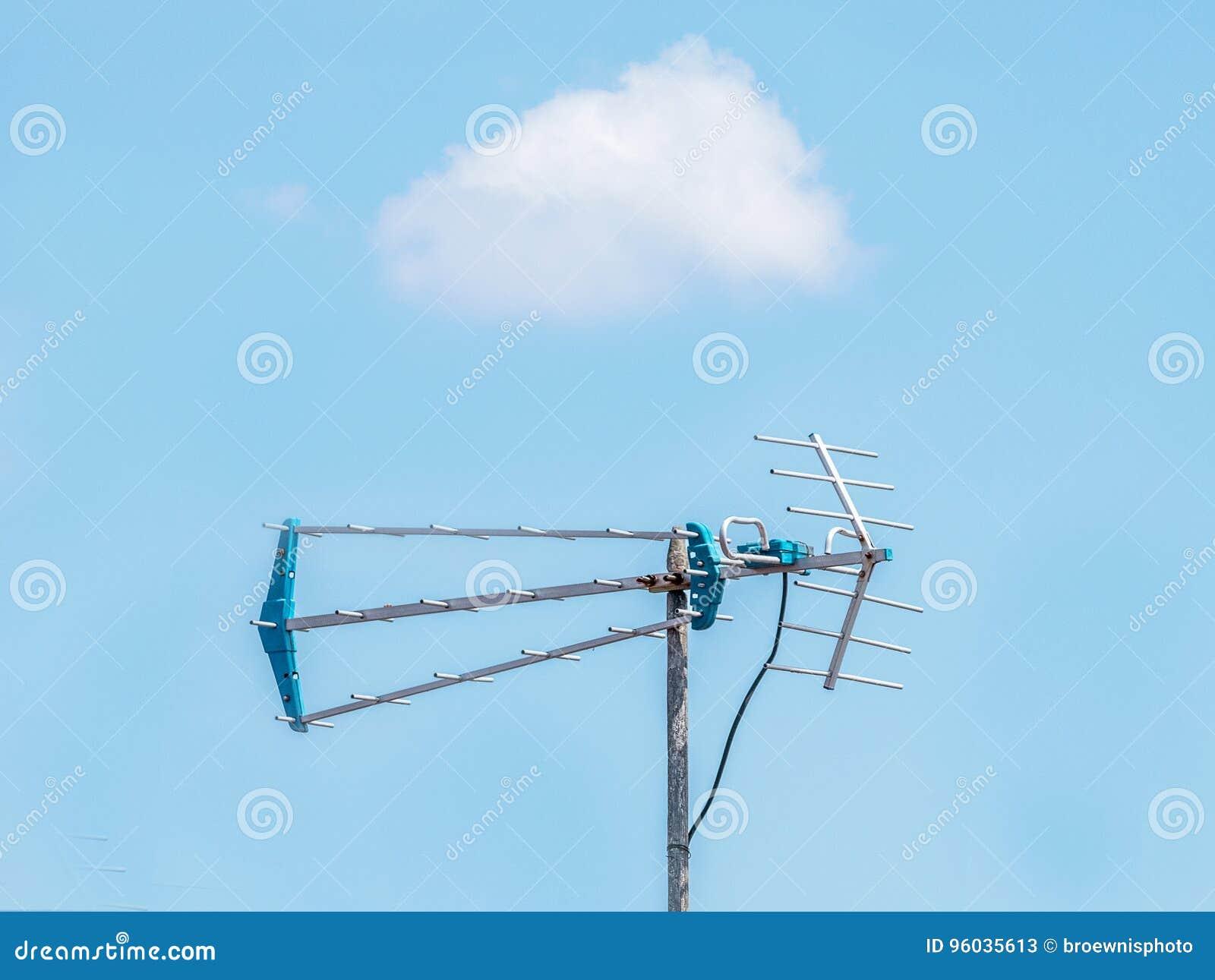 Antena z chmurą na niebieskim niebie