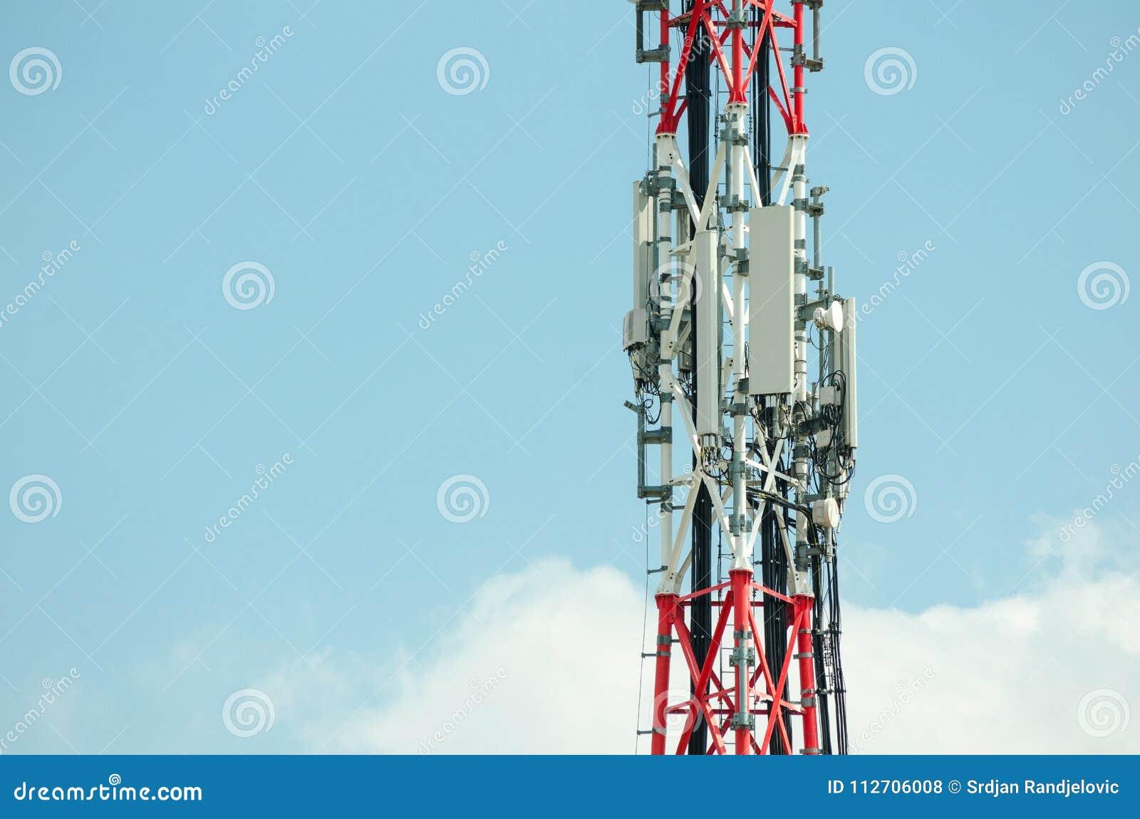 Antenas de la telecomunicación al aire libre en la construcción alta del polo del metal