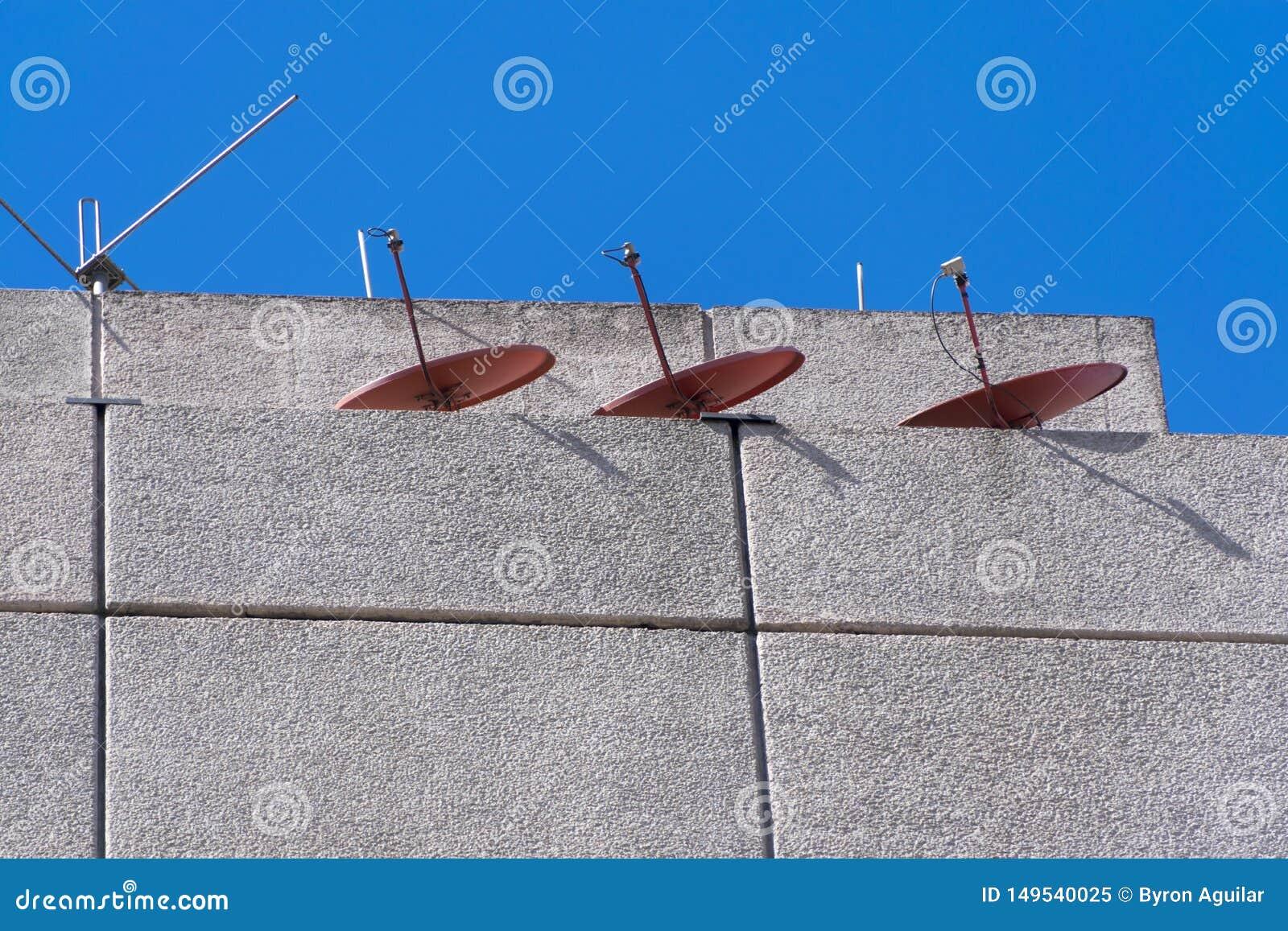Antenas De La Tv En El Edificio De La Terraza En Guatemala