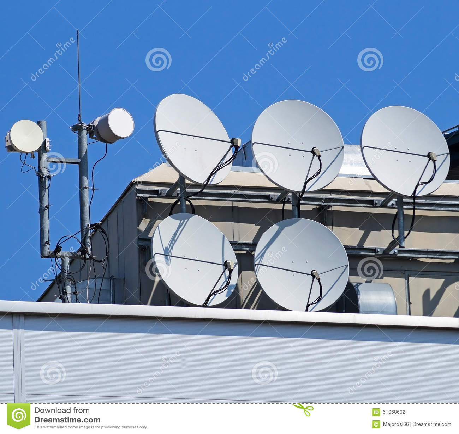 Antenas parab licas en el top de un edificio foto de for Antenas parabolicas en granada