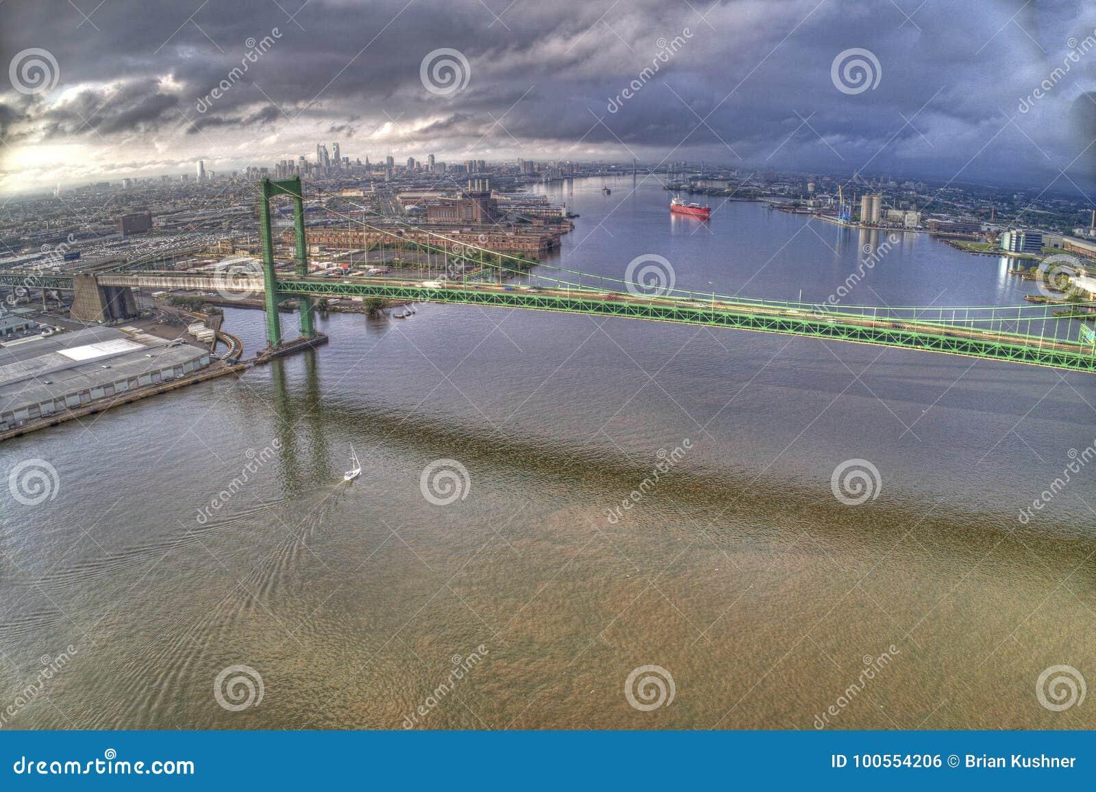 Antenn av den Walt Whitman Bridge Looking Towards Center staden Philadelphia