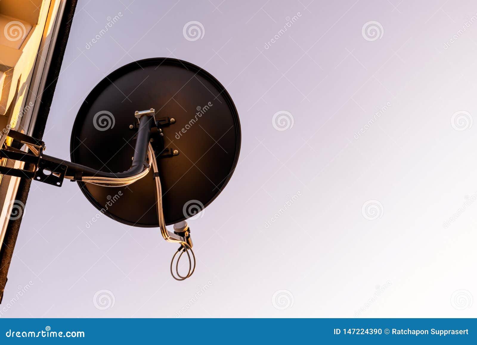 Antenne d antenne parabolique sur le ciel bleu