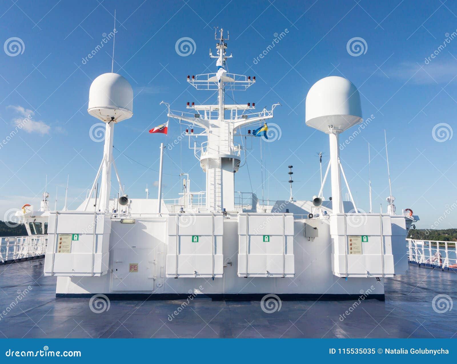 Antenne de communication par satellites et système de navigation de bateau