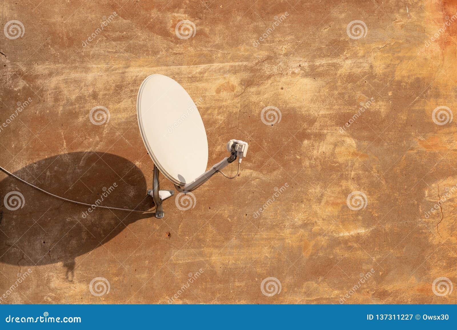 Antenne de satellite pour recevoir le signal numérique de TV sur le mur plâtré