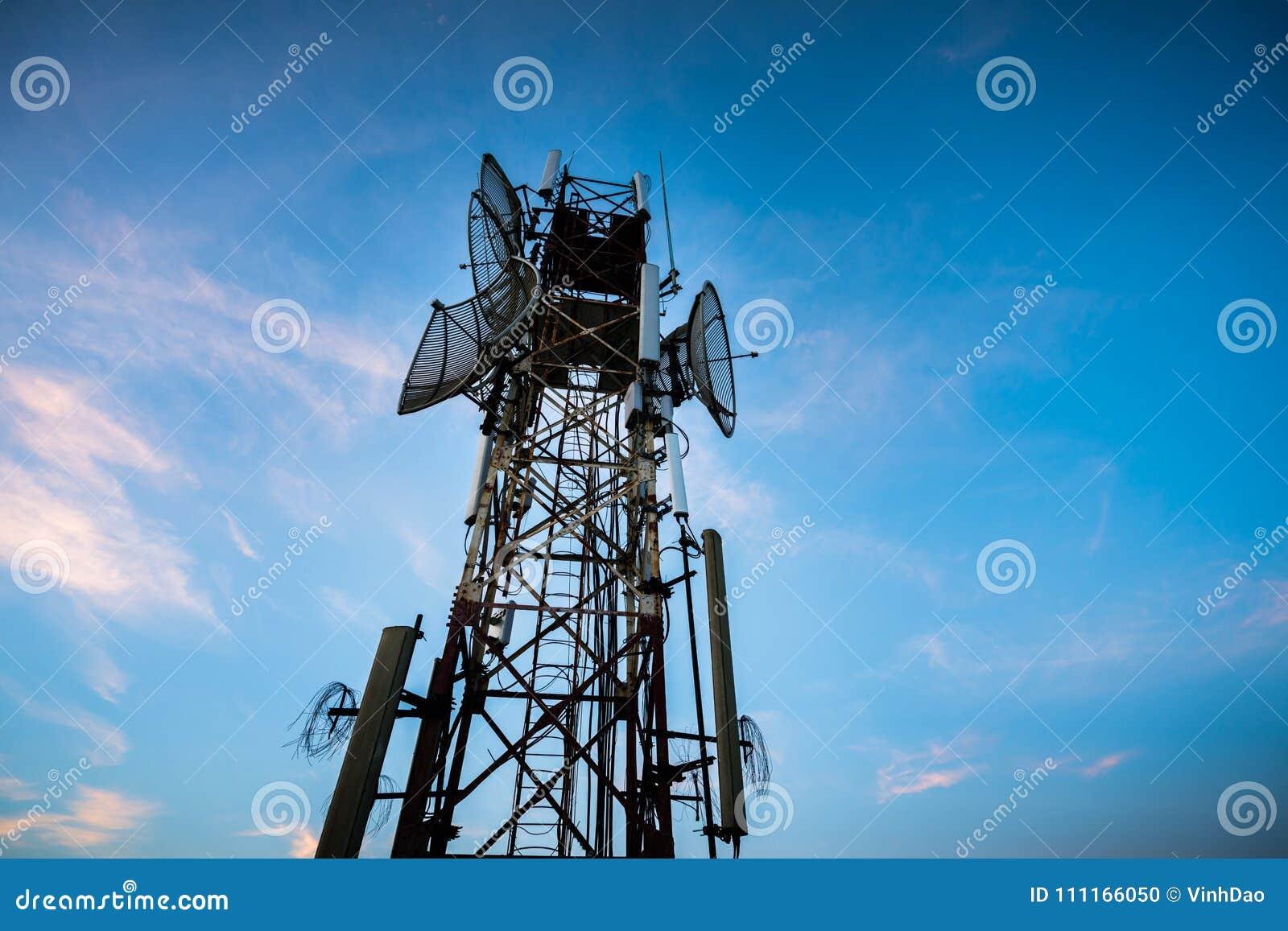 Antenne de télécommunication pour la radio, la télévision et le téléphone avec le ciel bleu