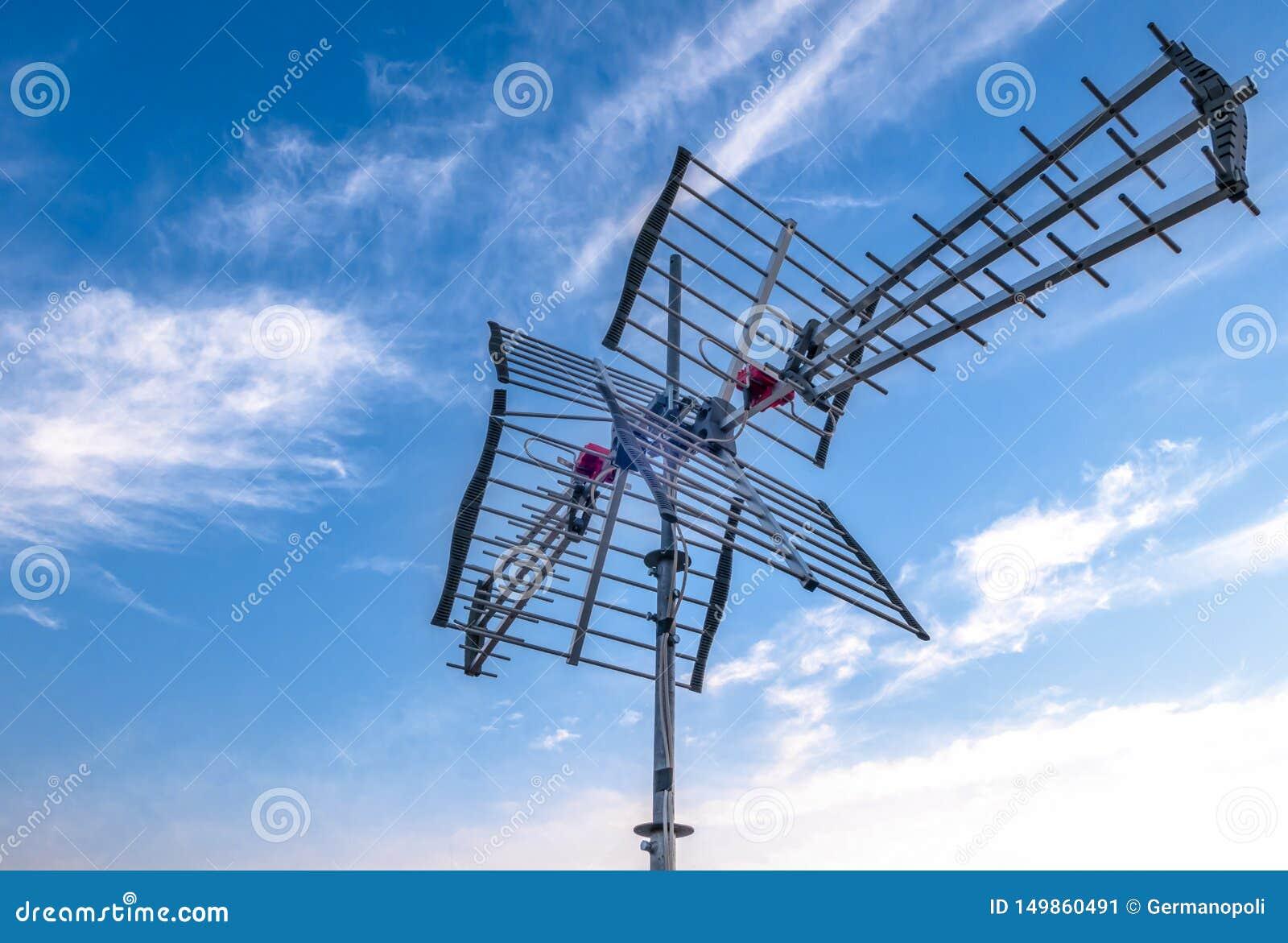 Antenne de TV contre le ciel bleu