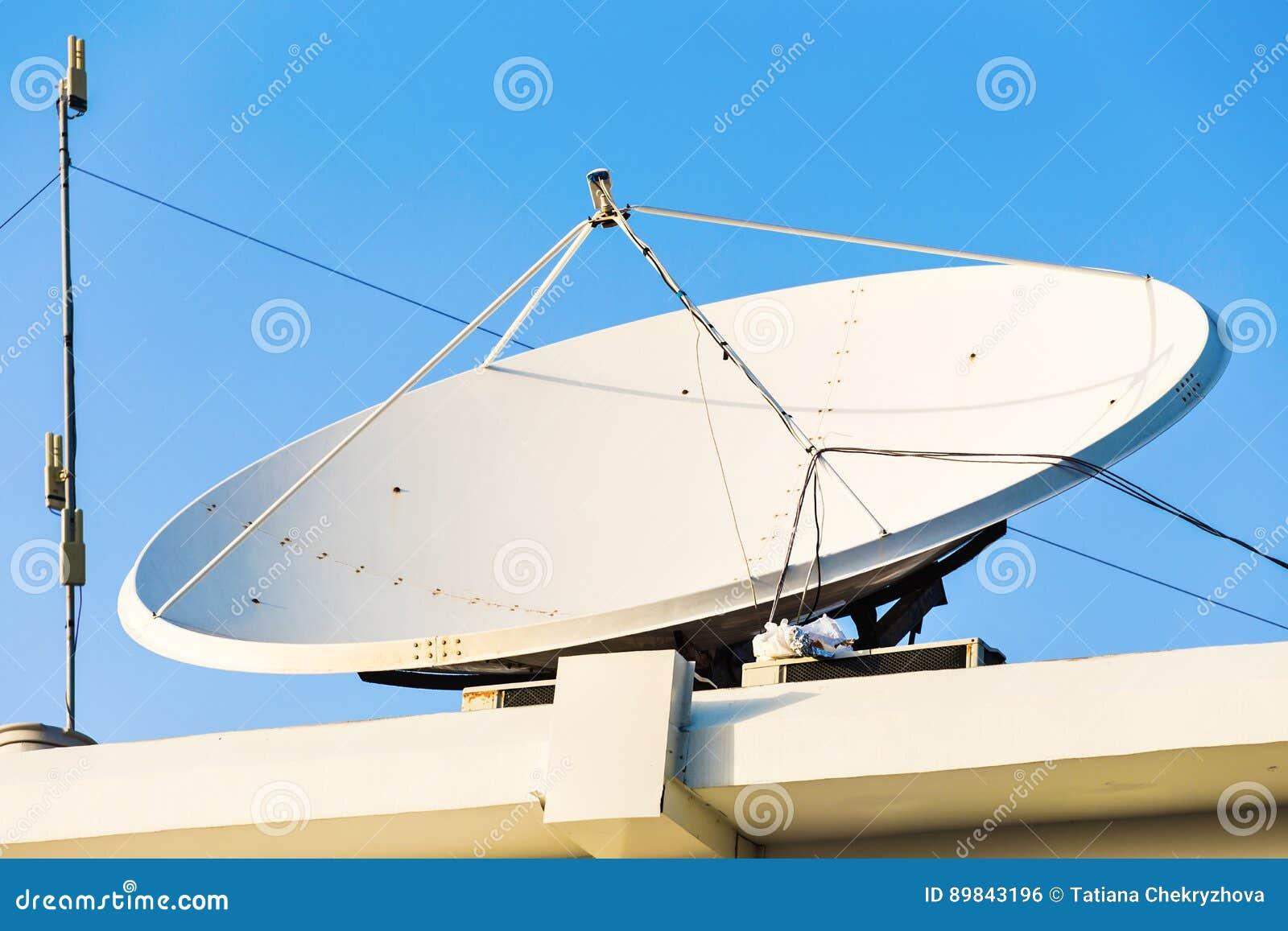 antenne parabolique et antennes de tv sur le toit de maison avec le