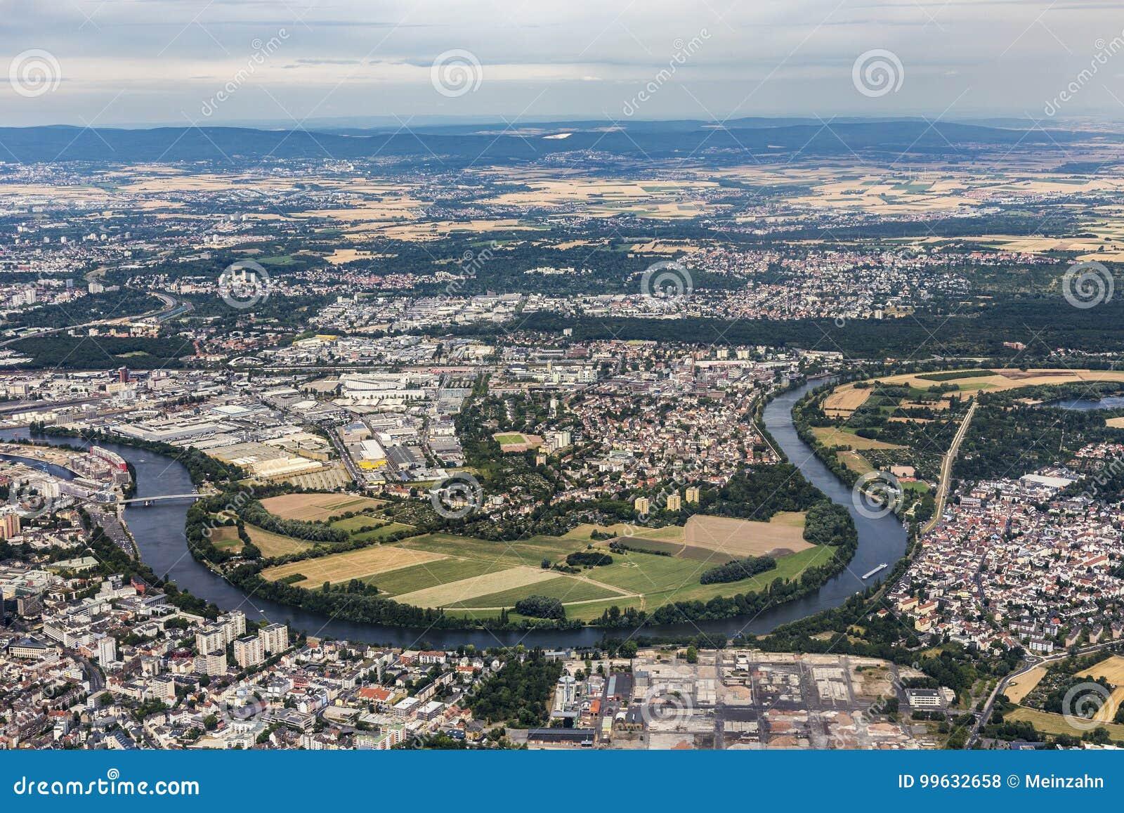 Antenne van Hanau dichtbij Frankfurt met de lijn van de rivierleiding