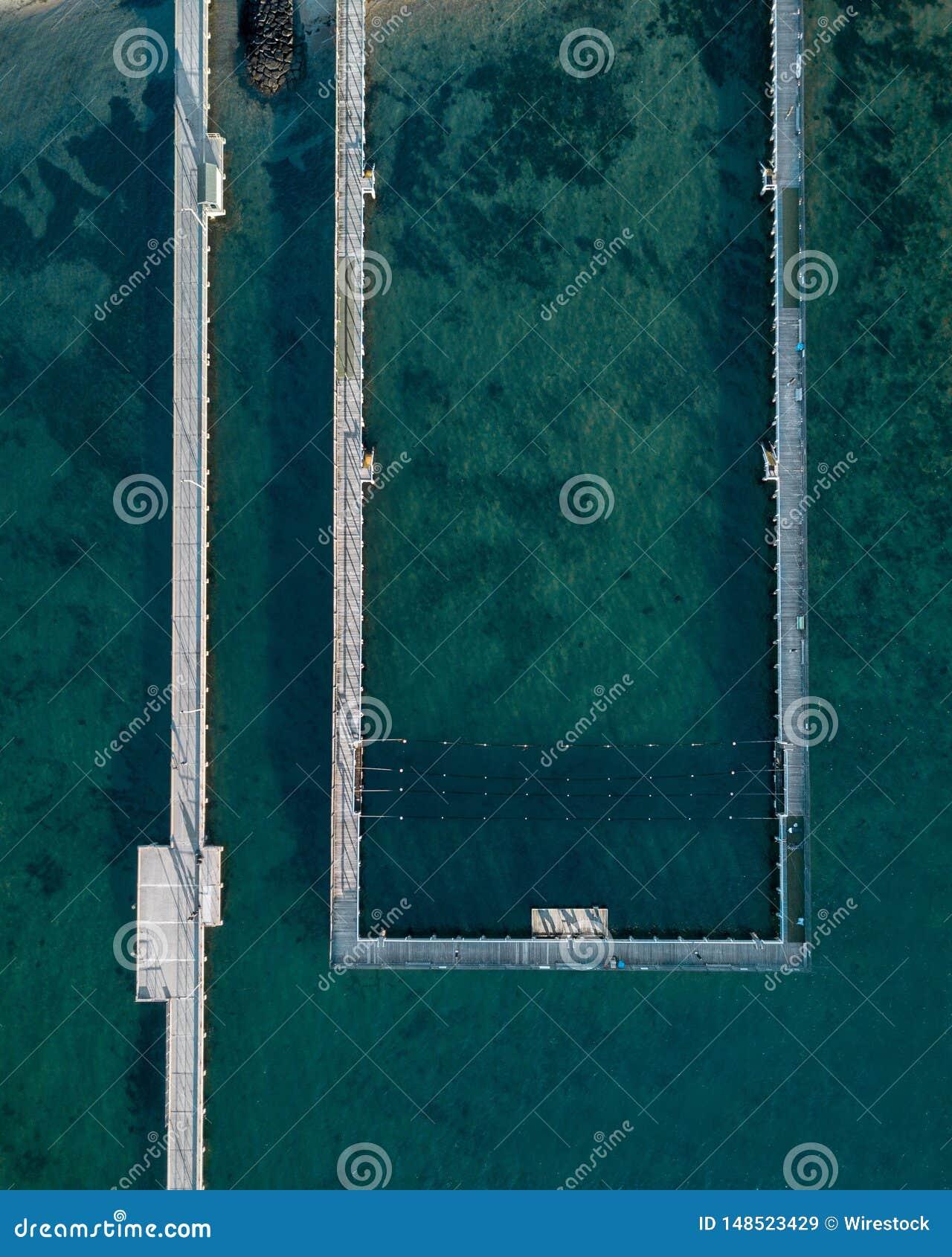 Antenne van het overzees en een overzeese pool bij de kust wordt geschoten die
