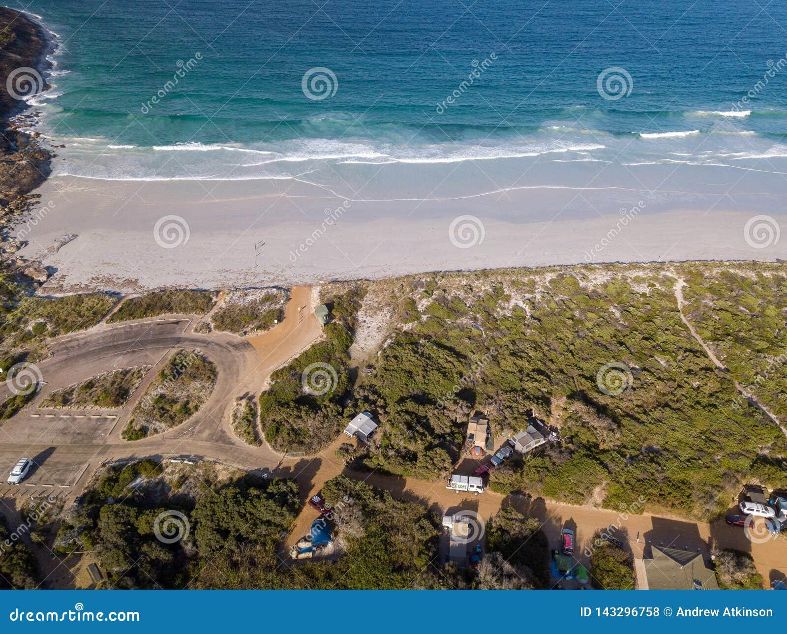 Antenne van kampeerterrein op Cape Le Grand strand, Westelijk Australië wordt geschoten dat