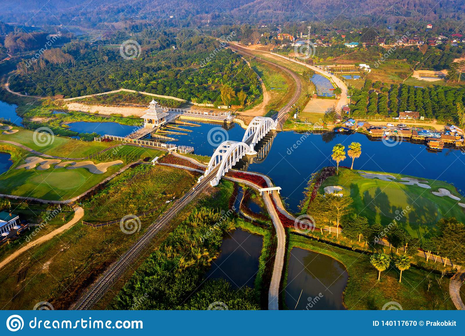 Antenne von Eisenbahnbrücke Thachomphu oder von weißer Brücke in Lamphun, Thailand