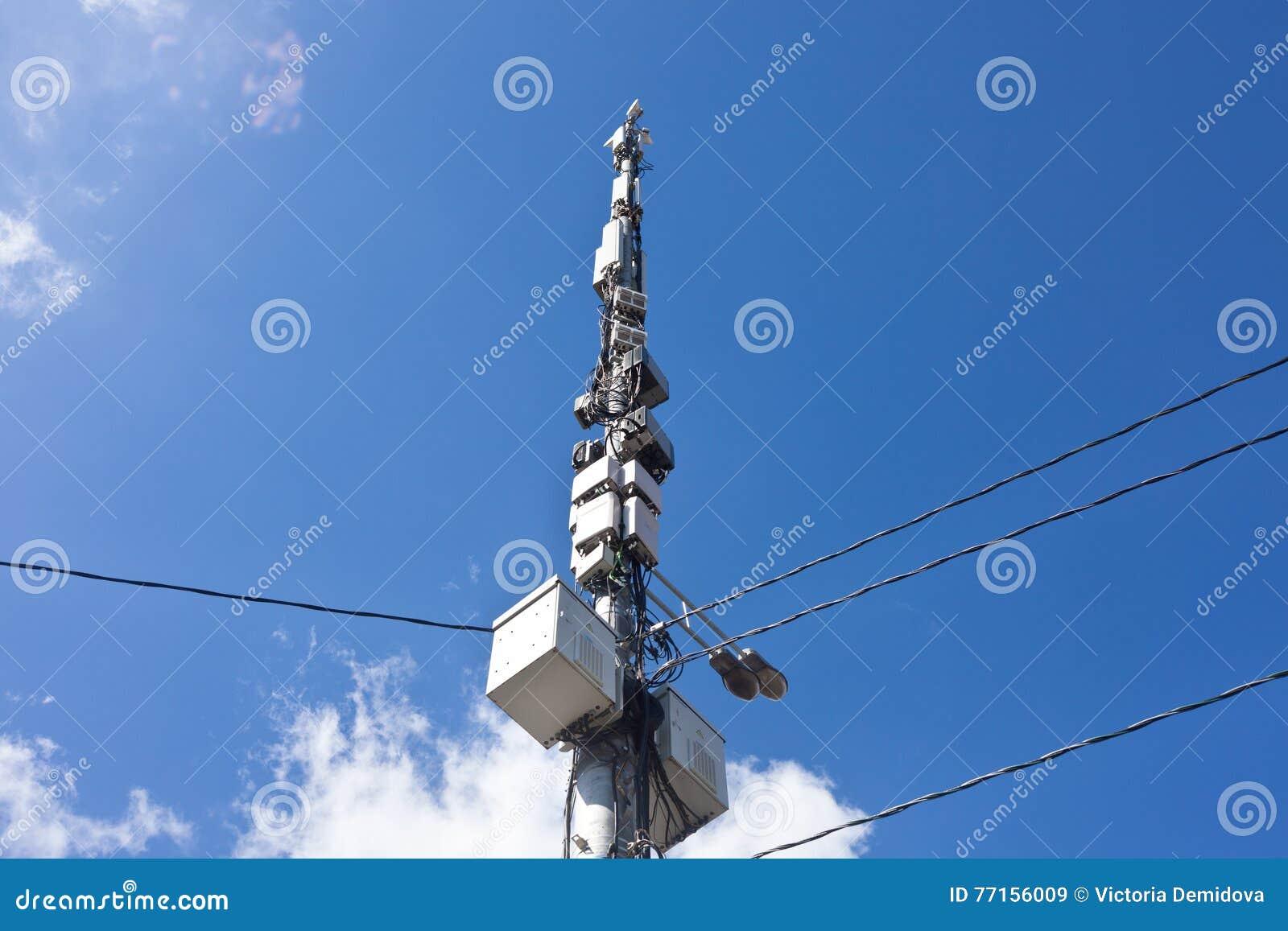 Antennes sur le fond de ciel bleu