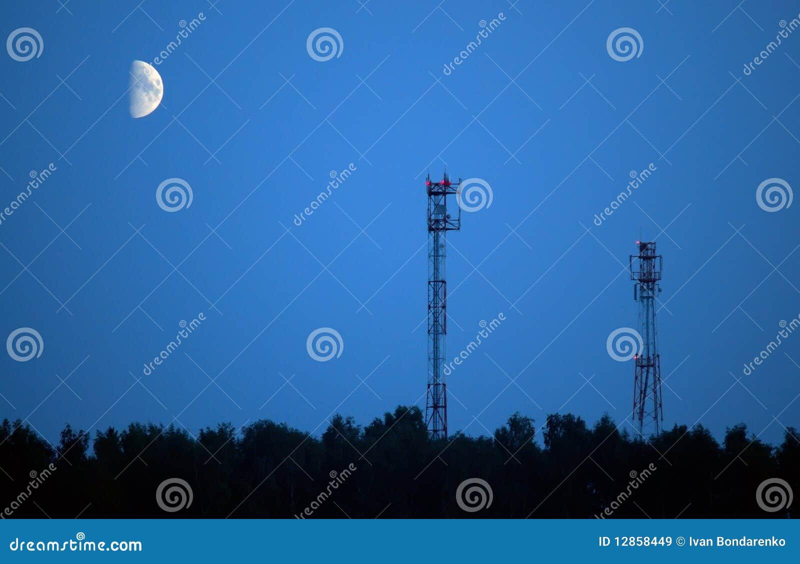 Antennes van cellulaire mededeling en maan