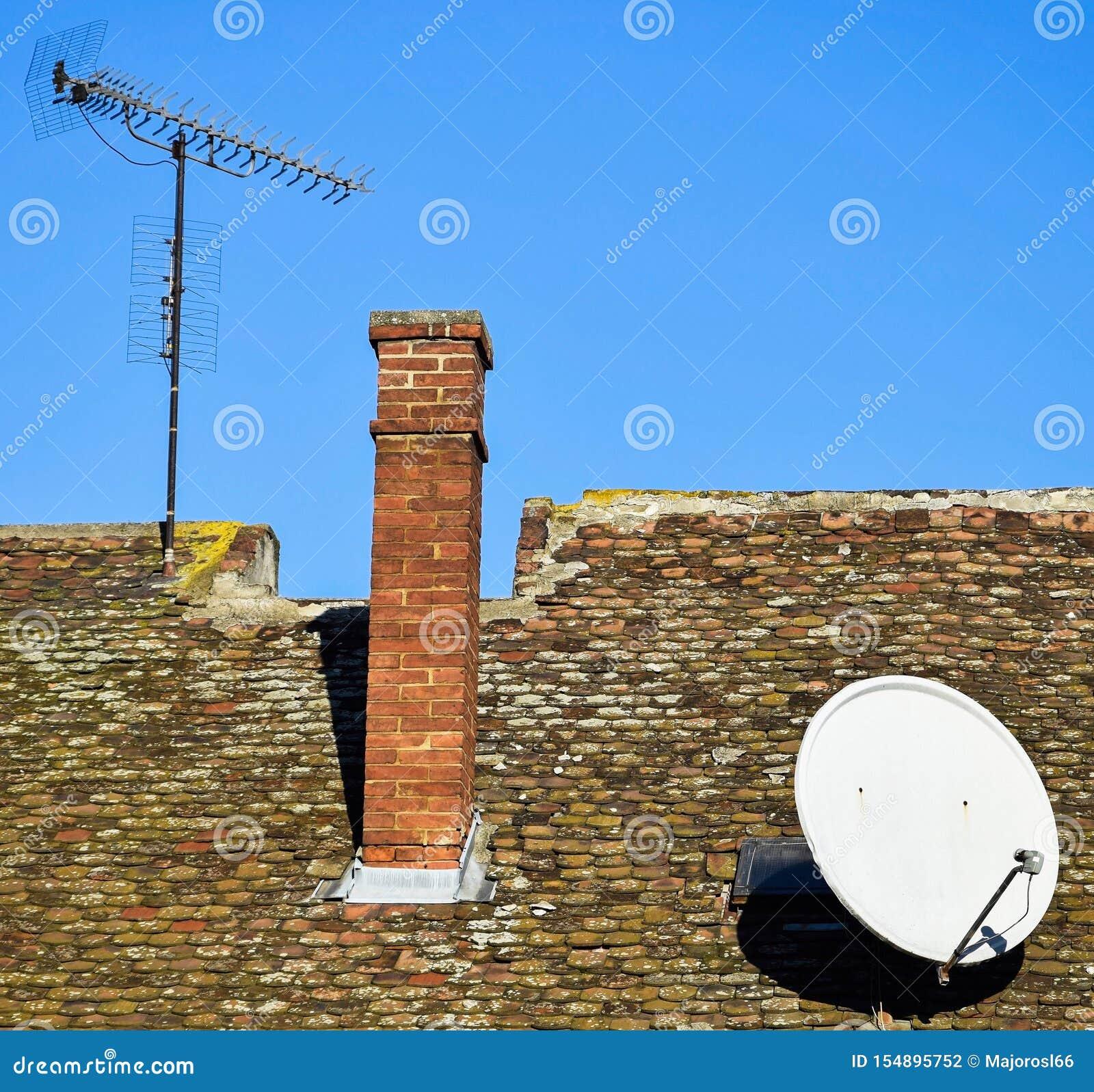 Anteny na dachu stary budynek