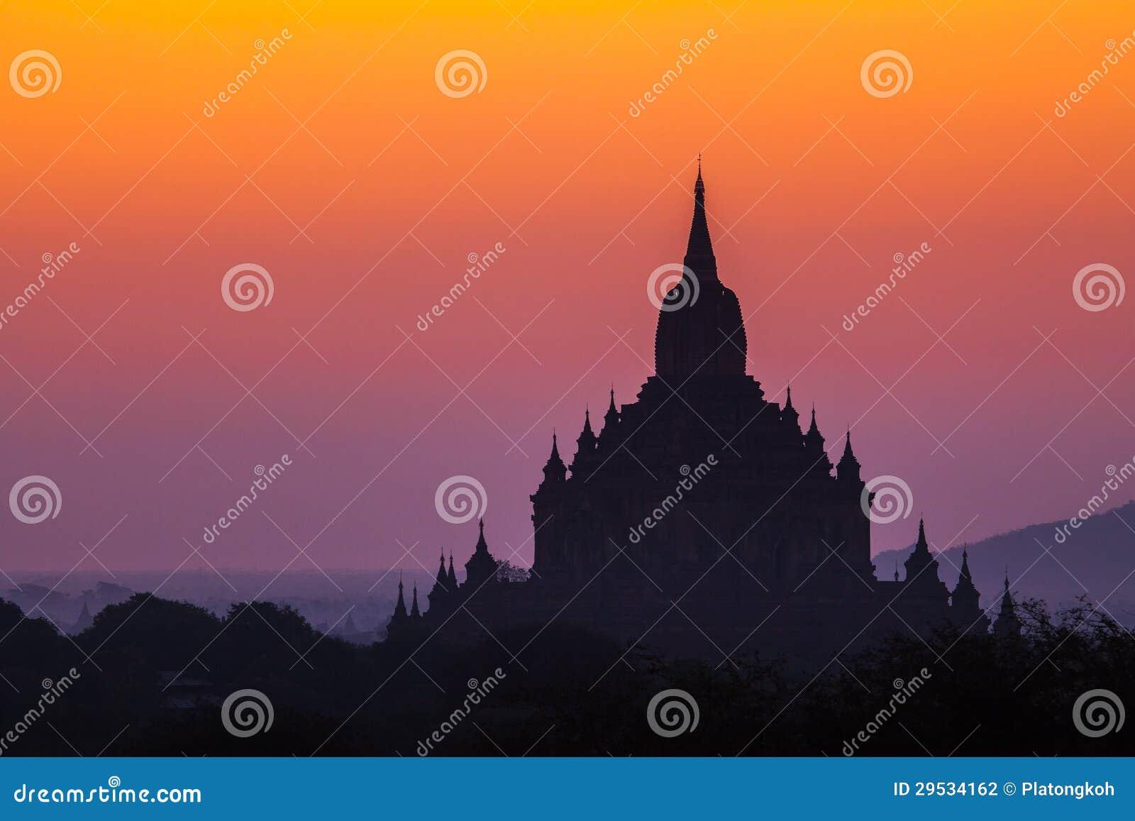 Antes do nascer do sol sobre templos de Bagan