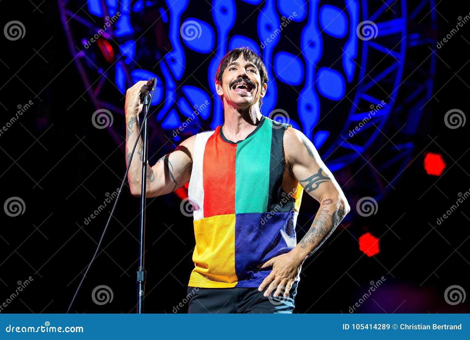 Anthony Kiedis, frontman του κοκκίνου - η καυτή ζώνη μουσικής πιπεριών τσίλι, αποδίδει στη συναυλία FIB στο φεστιβάλ