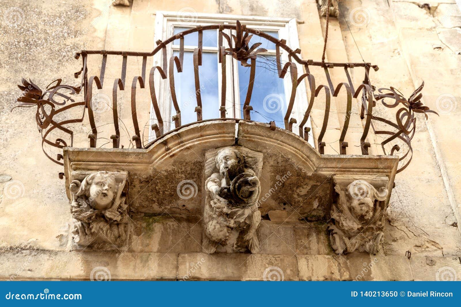 Anthropomorphic stendiagram under balkongen av den LaRocca slotten Ragusa Ibla Sicilien Italien