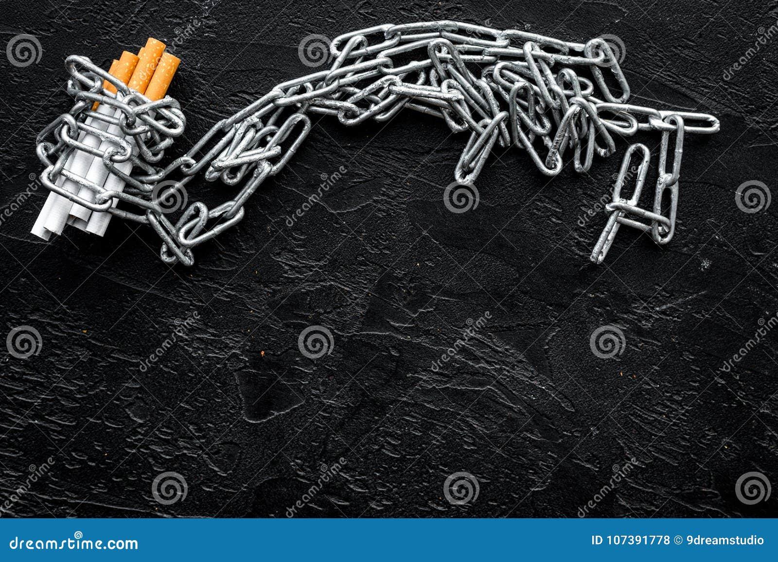 Anti прекращенное изображение 3d представленным курить Сигареты в цепях на черном космосе взгляд сверху предпосылки для текста