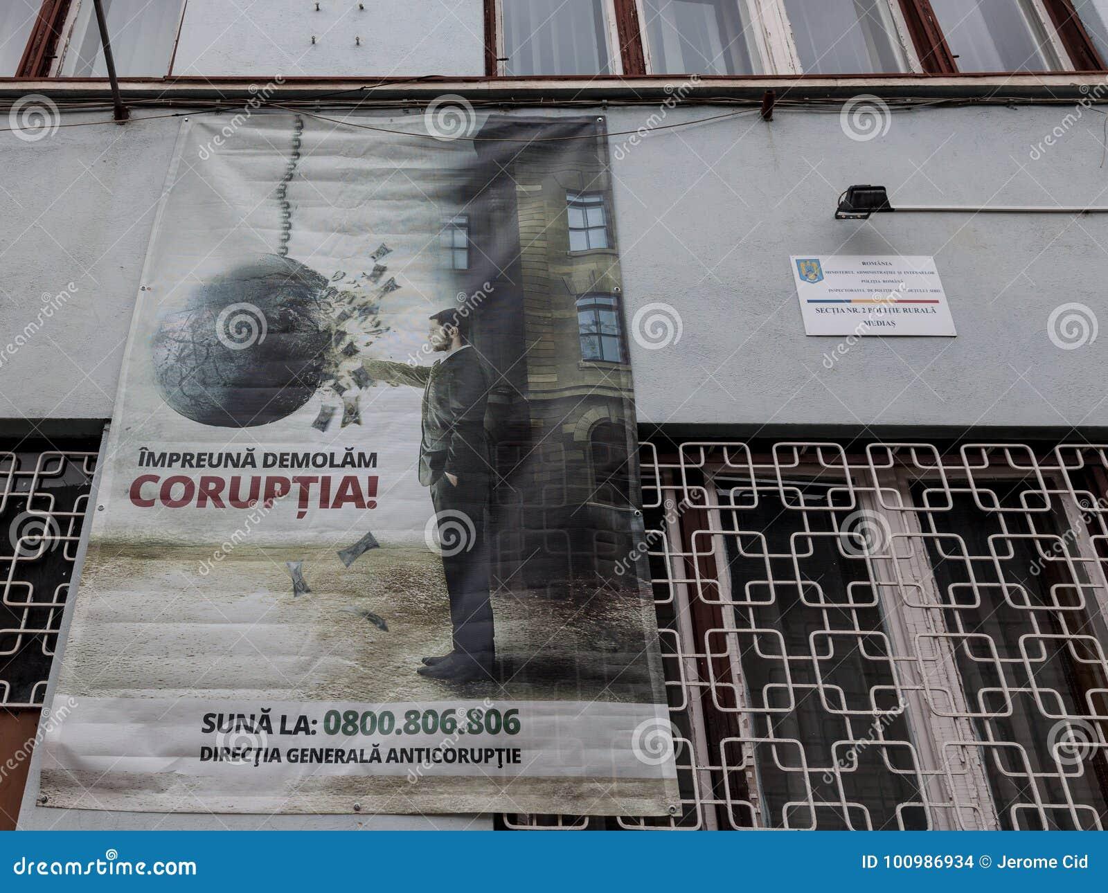 Anti cartaz da corrupção indicado em uma parede nos meios, a Transilvânia da delegacia