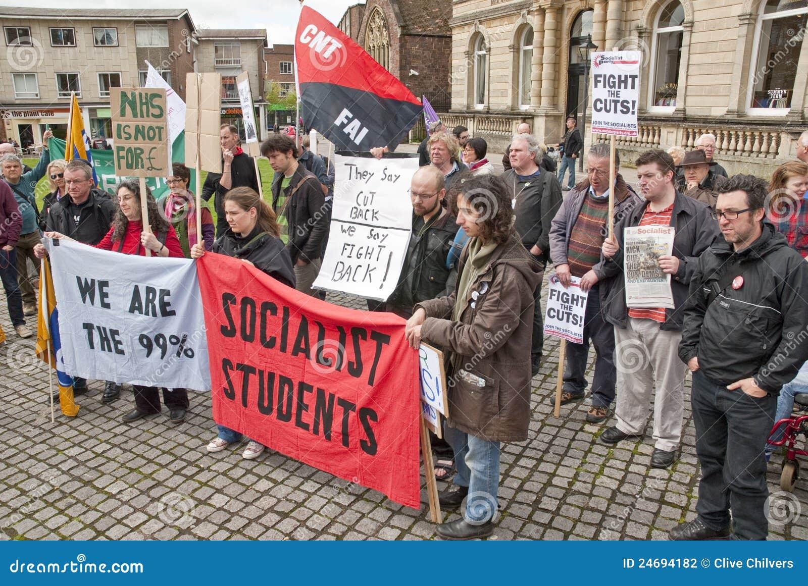 Anti--snitt personer som protesterar lyssnar till speaches i Exeter