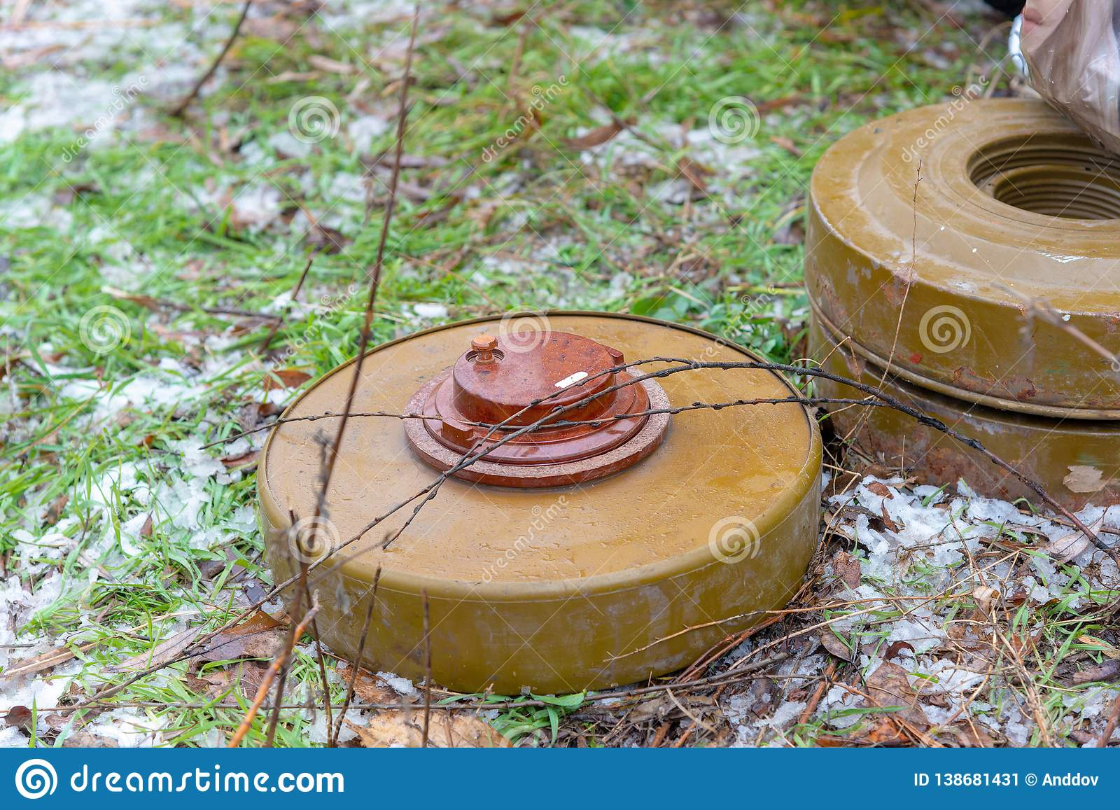 Anti-tank and anti-personnel mine for the destruction of infantry and armor
