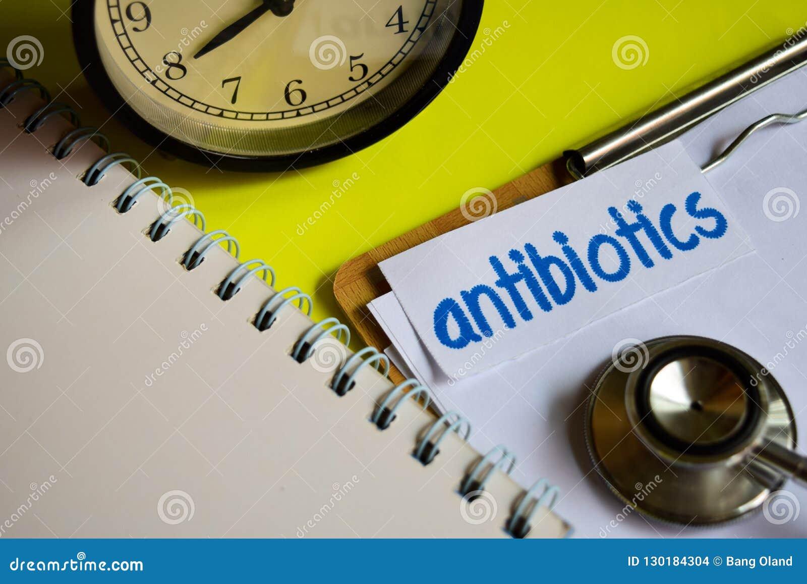 Antibiotica op de inspiratie van het gezondheidszorgconcept op gele achtergrond