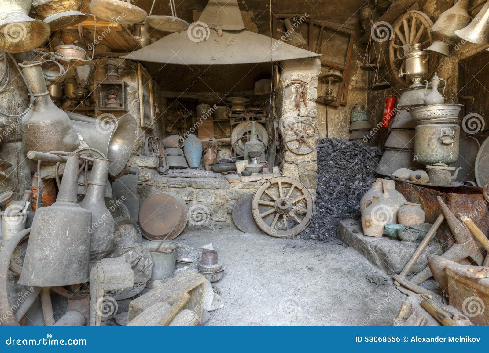 Anticuario en los artículos Lahij Azerbaijan del hogar del pueblo