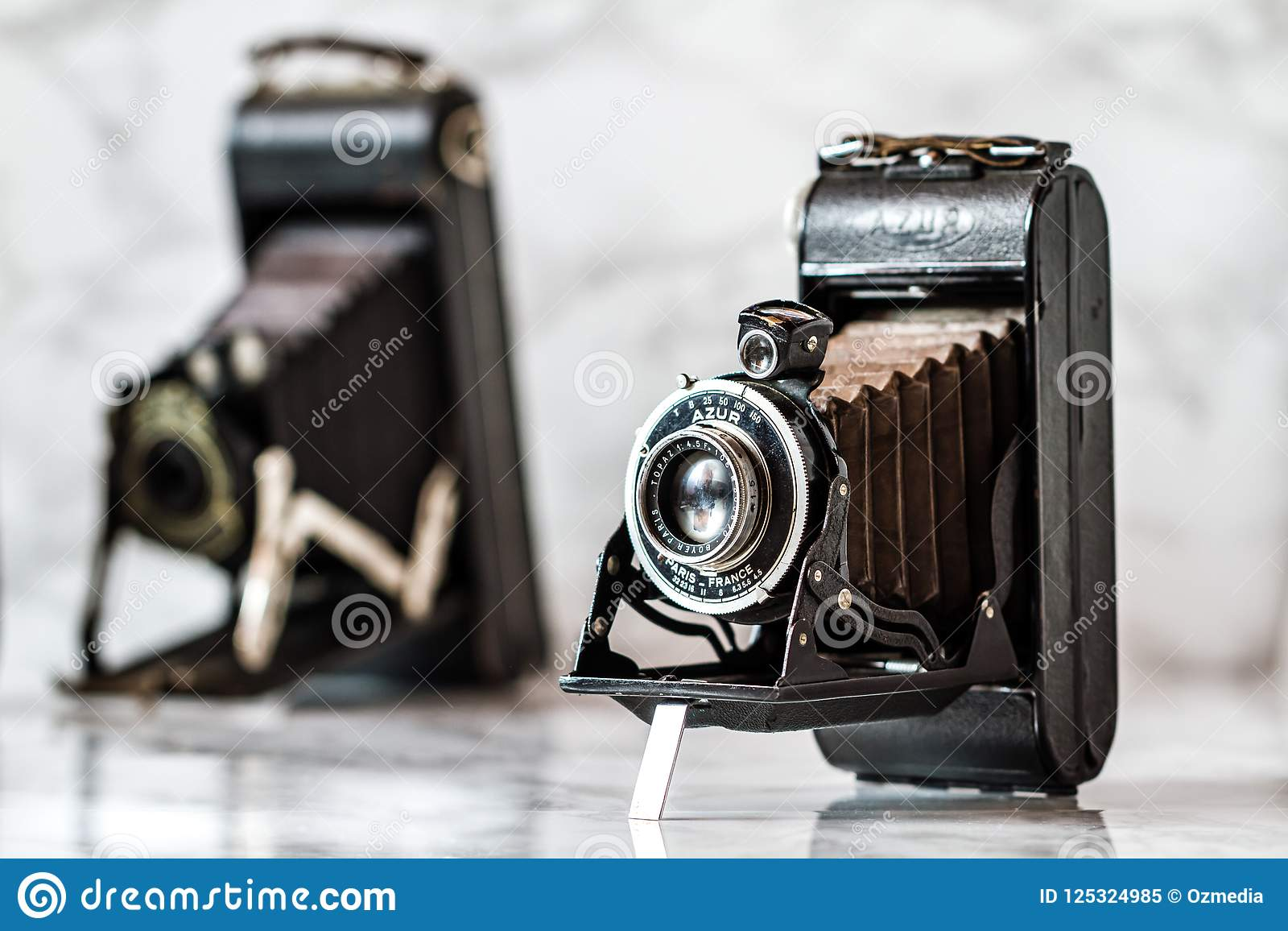 Antiek Azur Folding Camera op Marmeren Achtergrond