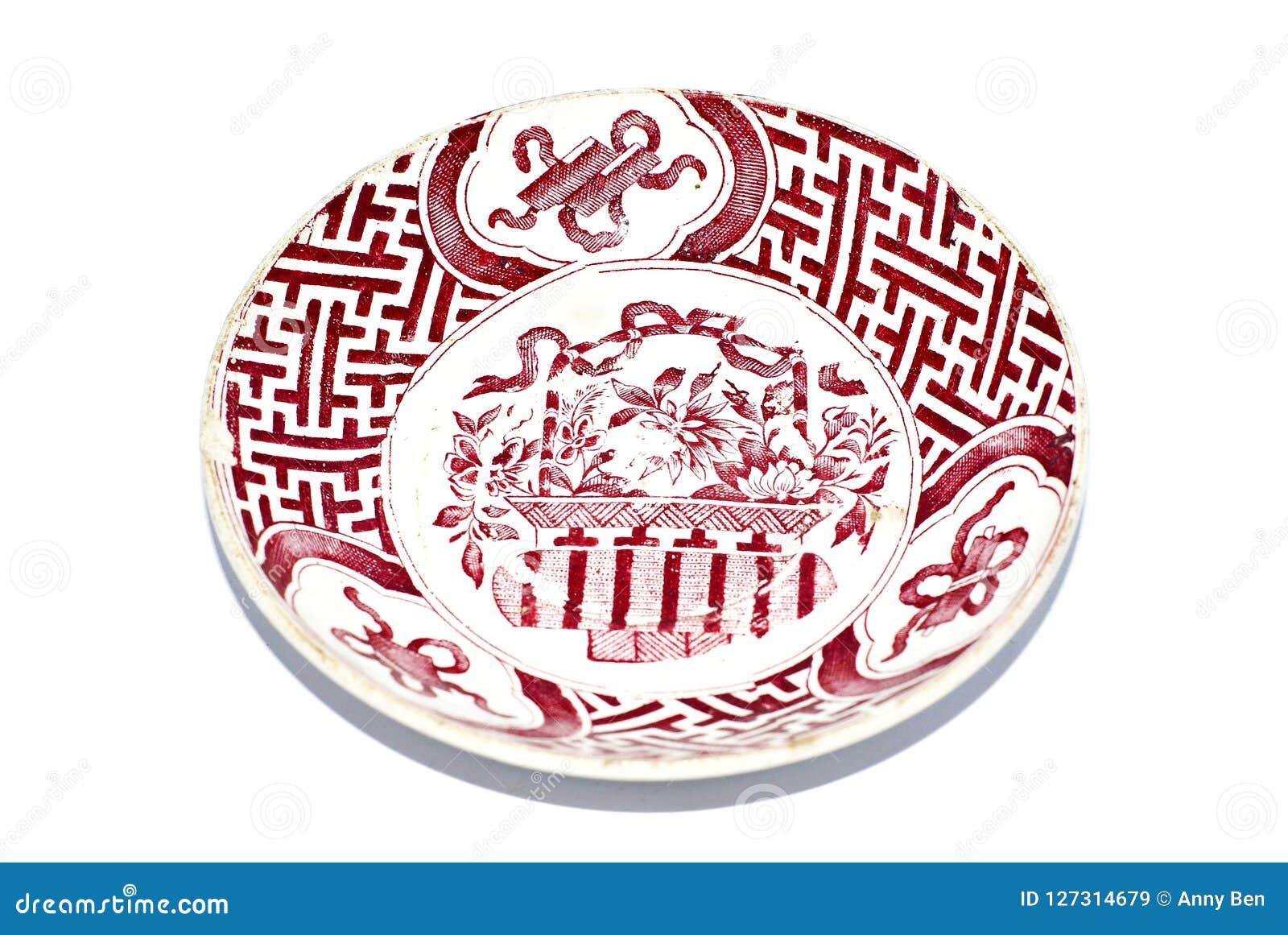 Antiek ceramisch die vaatwerk op wit wordt geïsoleerd