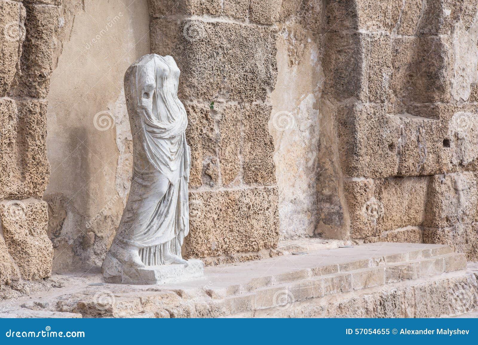 Antiek standbeeld in Nationaal Park, Caesarea, Israël