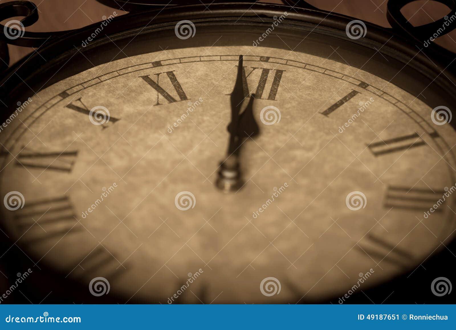 Antieke Gietijzerklok die Minuut tonen aan Middernacht