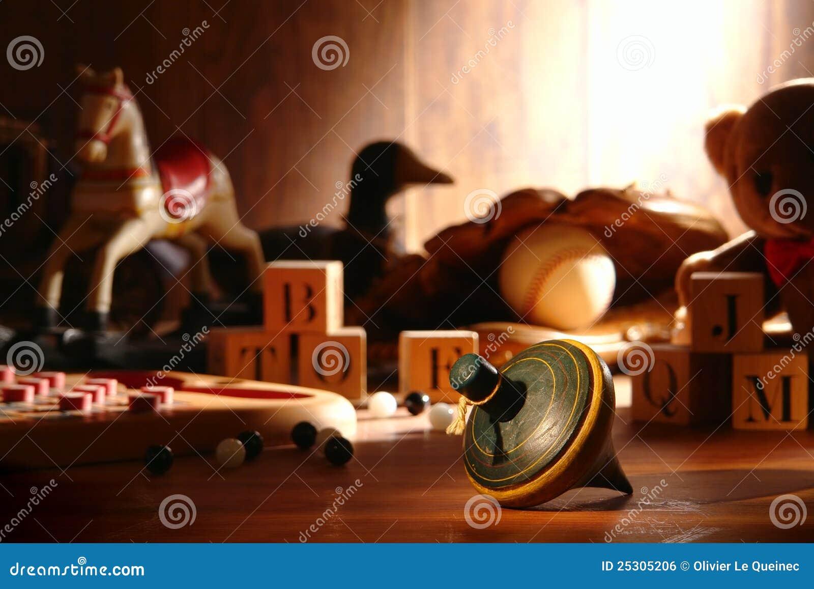 Antieke Houten Tol En Oud Speelgoed In Zolder Royalty vrije Stock Afbeelding   Afbeelding  25305206