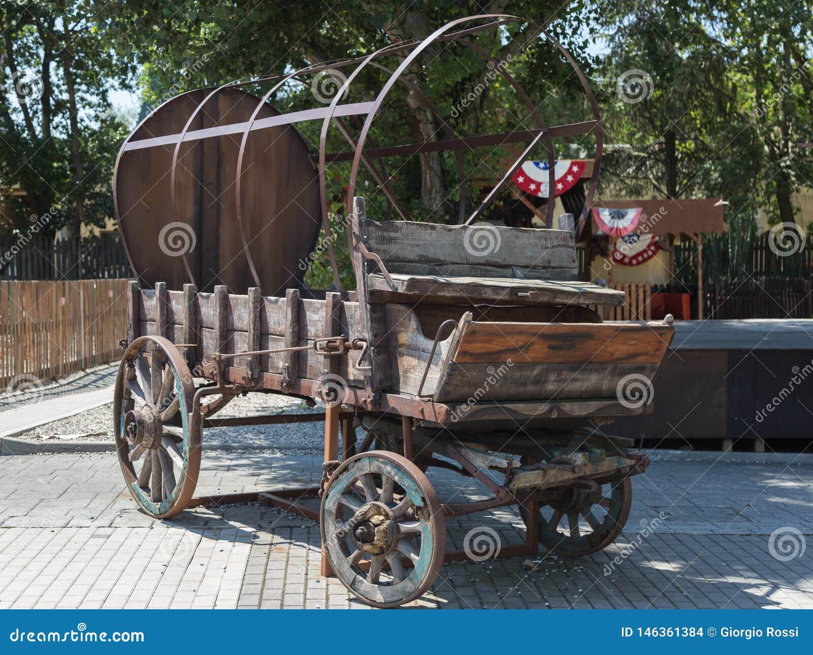 Antieke Houten Wagen met Wielen en Metaalstructuur