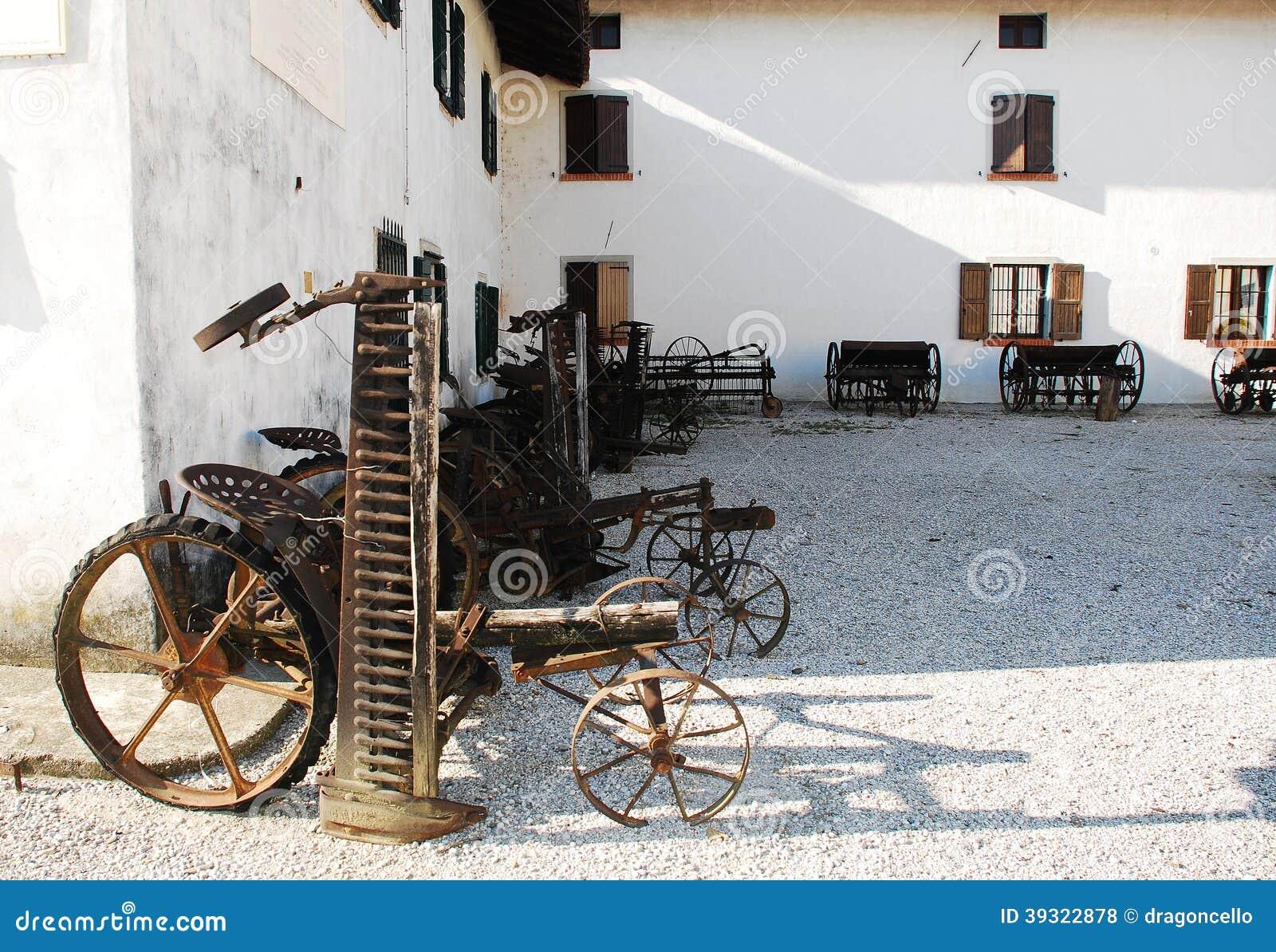 Antieke Maaimachines En Door Paarden Getrokken Hay Rakes Stock Foto   Afbeelding  39322878