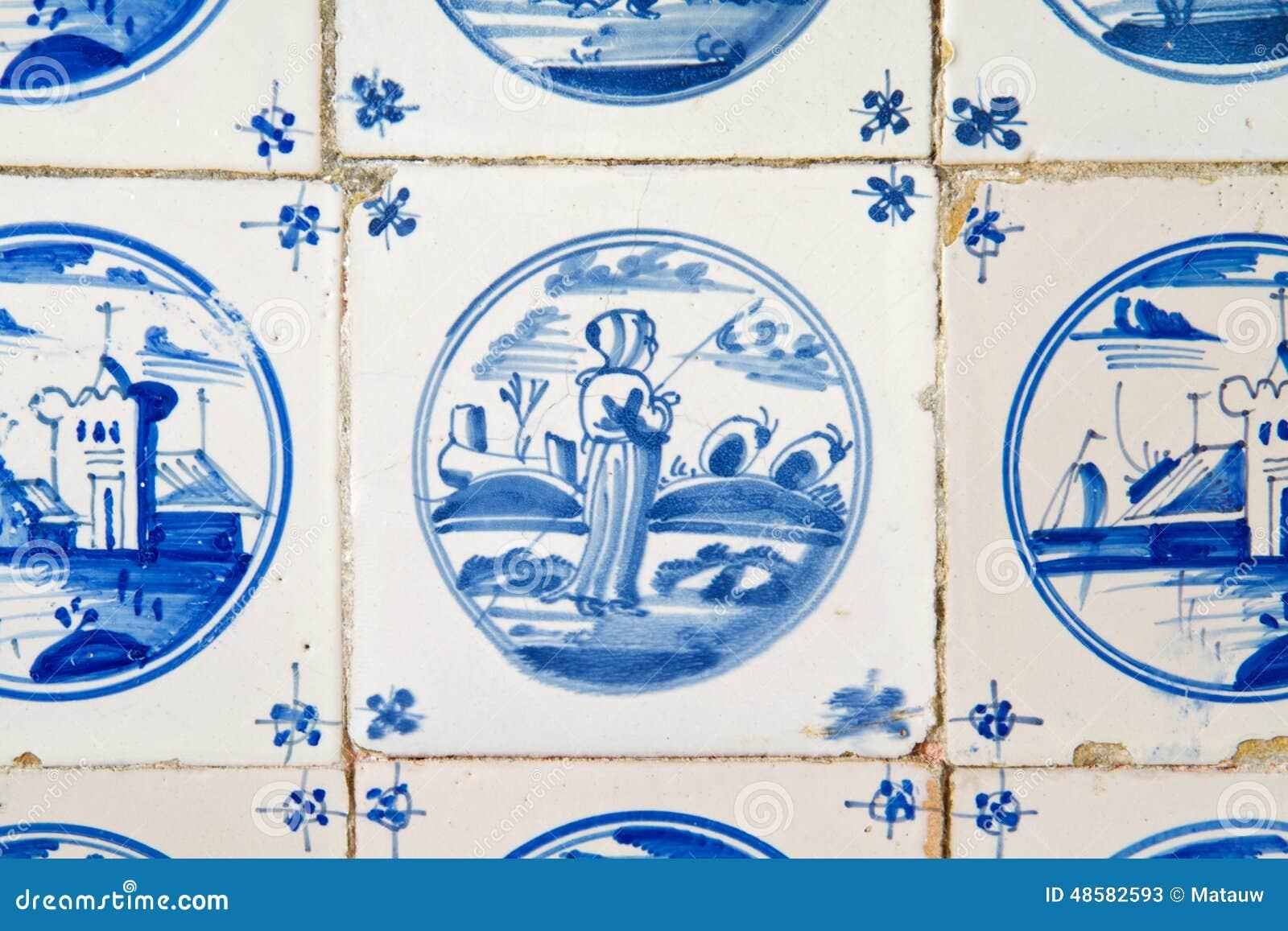 ... op een antieke Nederlandse tegel op de keukenmuur van een oud gebouw