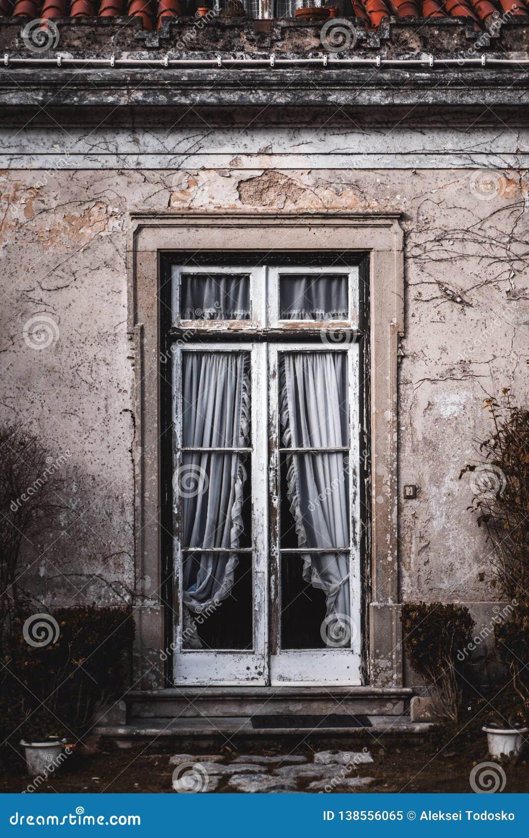 Antieke portiek met transparante deur