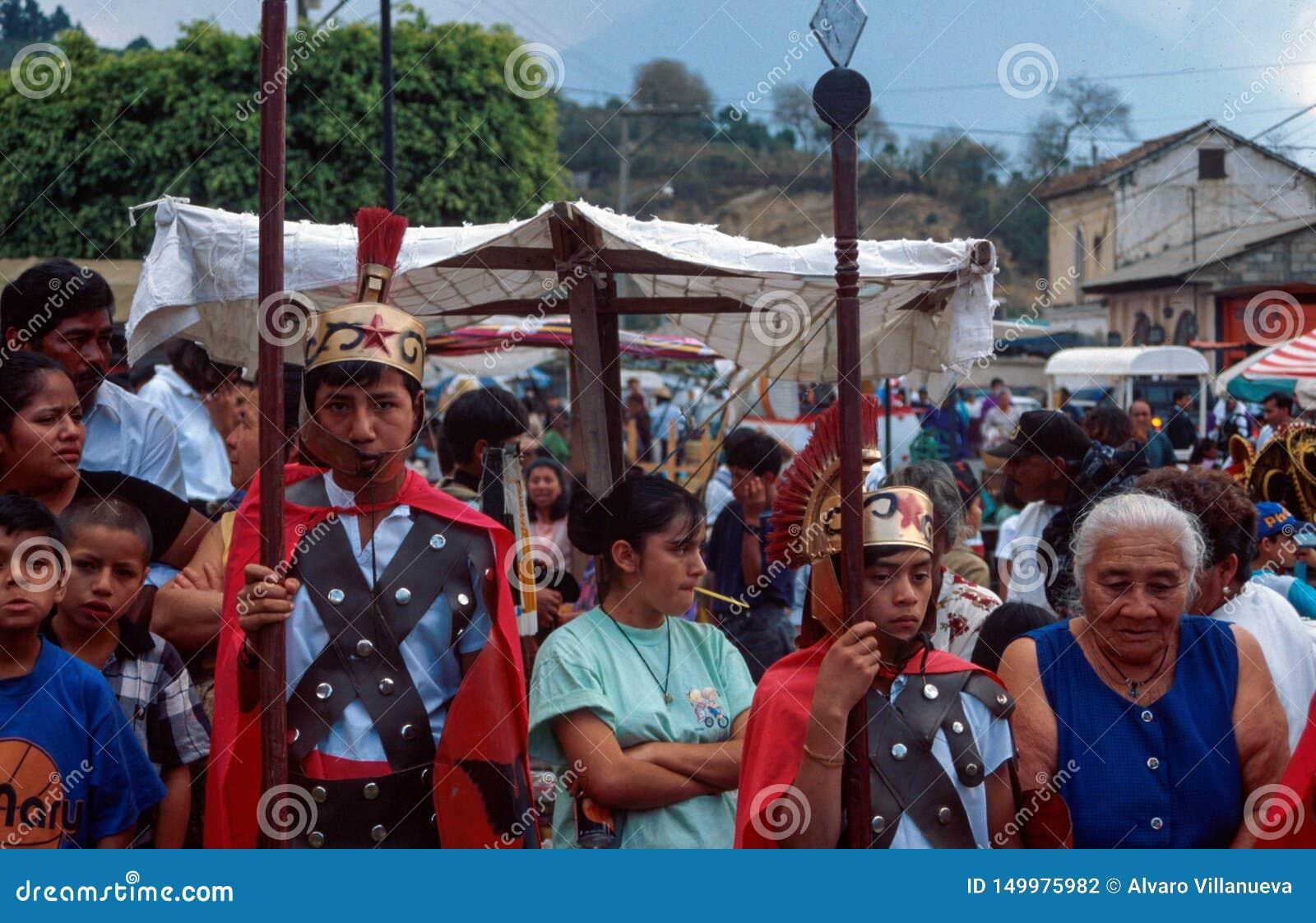 Antigua, Gwatemala: Chłopiec ubierali w górę Romańskich centurionów jako jako część Świętego korowodu