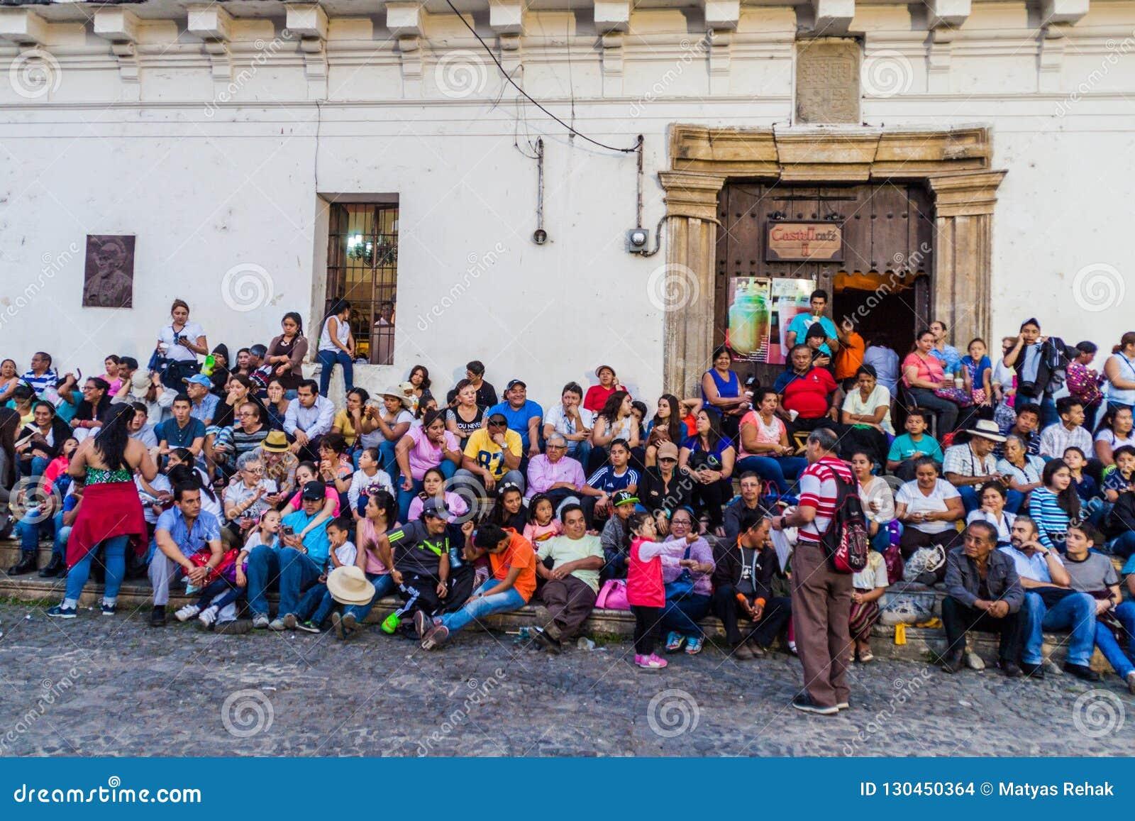 ANTIGUA GWATEMALA, MARZEC, - 25, 2016: Tłumy ludzie czekać na korowód na wielkim piątku na placu Mayor kwadracie wewnątrz