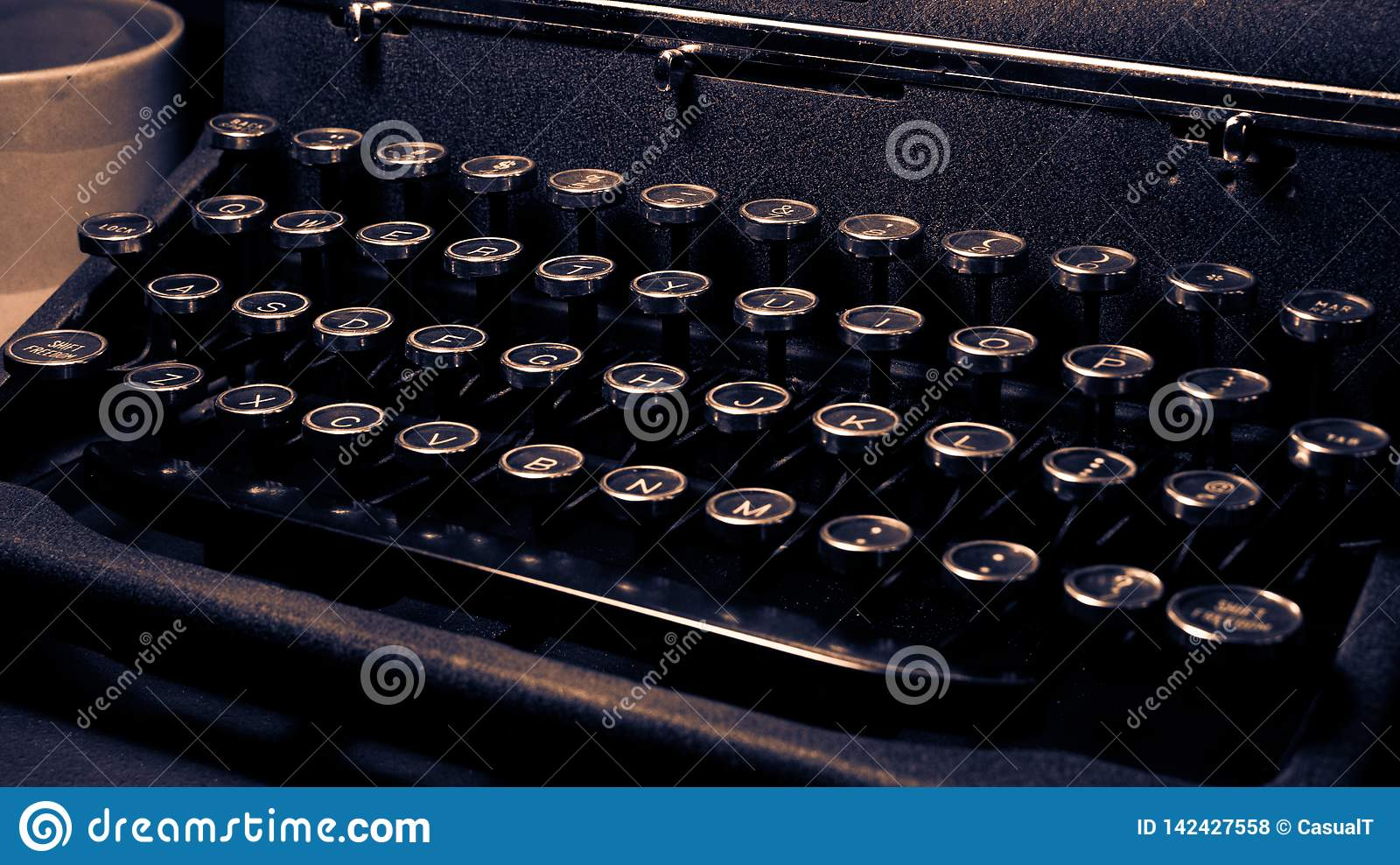 Antiguidade, máquina de escrever do vintage, de luxe quieto real, close-up do teclado