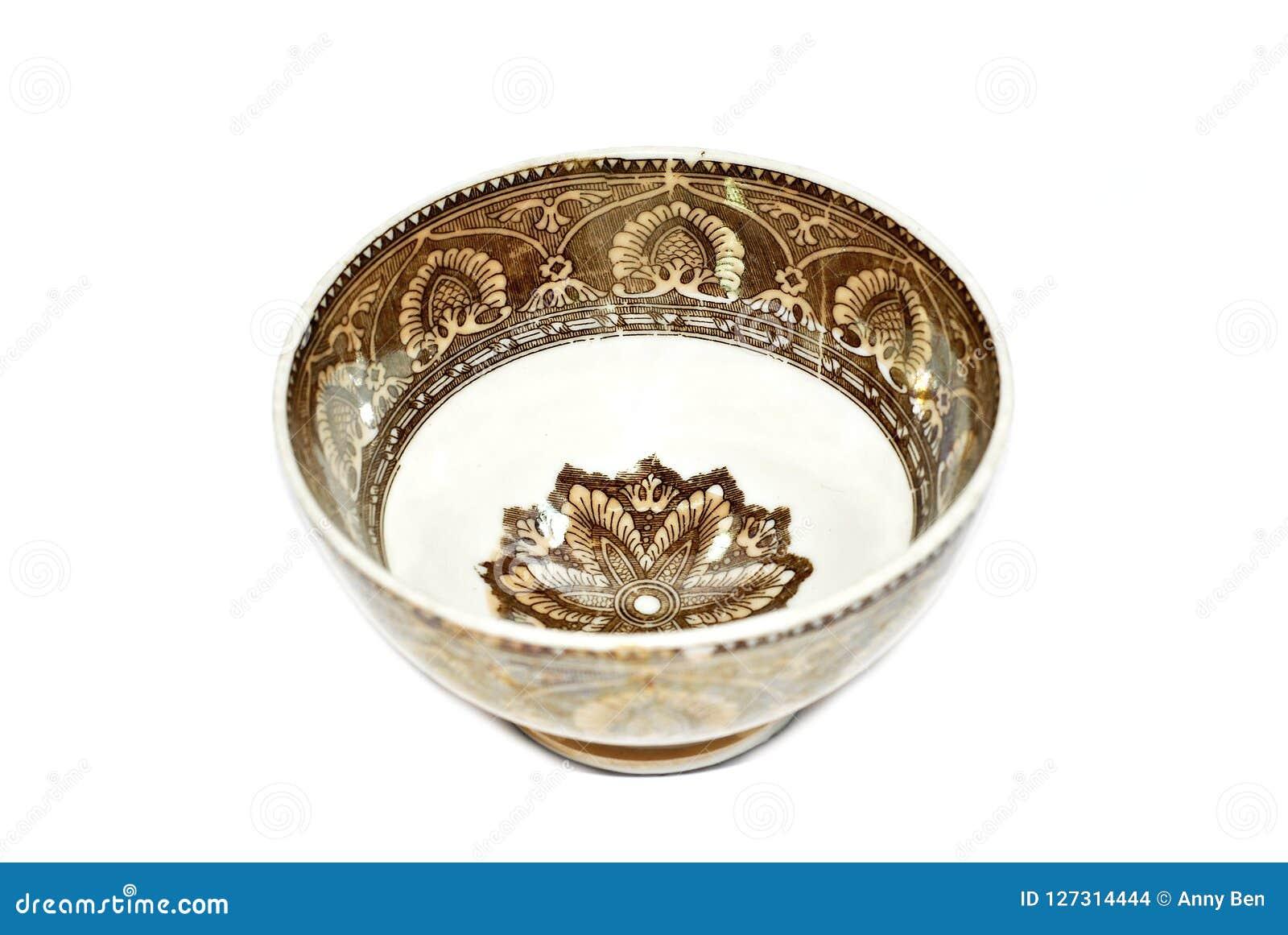 Antik keramisk bordsservis som isoleras på vit