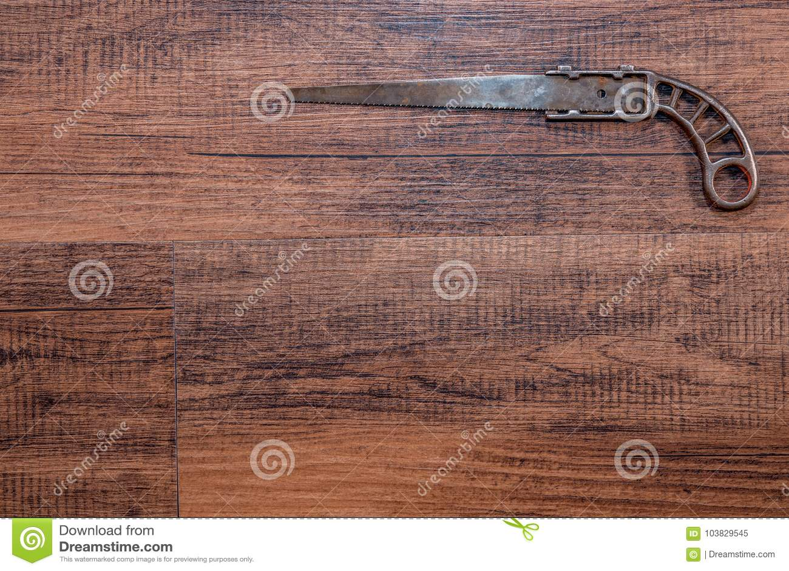 Antik miniatyrmetall såg på en ädelträarbetsbänk - bästa rätt