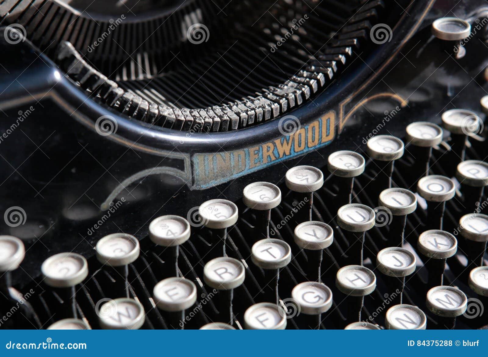 Antik skrivmaskin från det 20th århundradet för början på branschutställningen i en konstgalleri