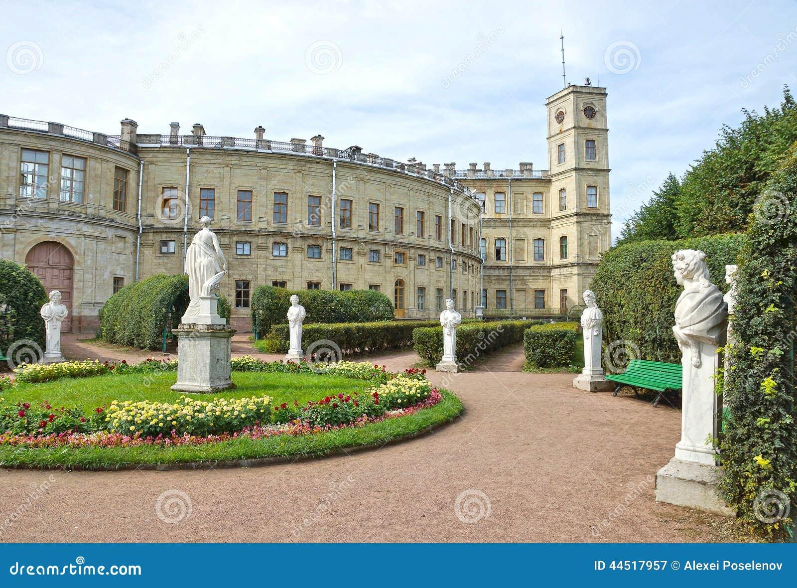 Antika statyer i trädgården bredvid slott i Gatchina