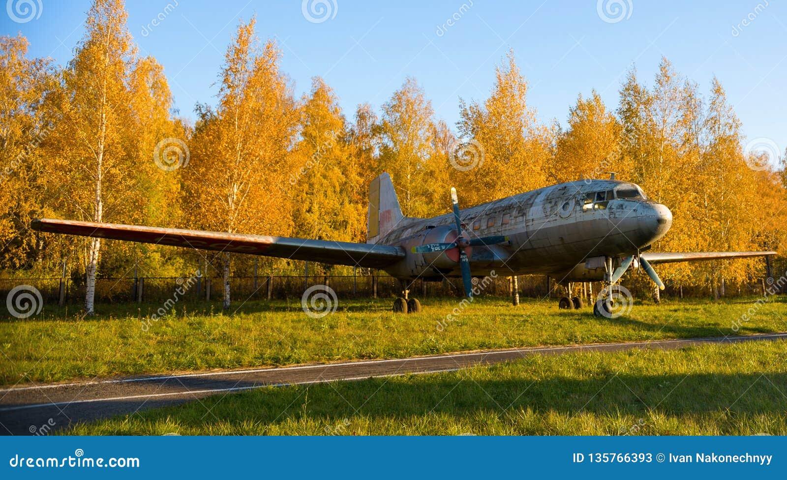 Antike Flugzeuge im Museum von Luftfahrt