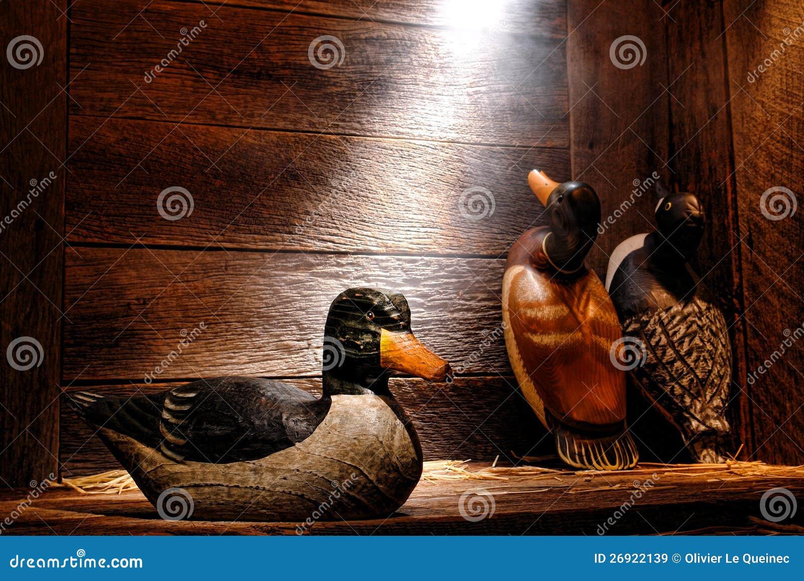 Antike geschnitzter hölzerne Ente-Lockvogel im alten Jagd-Stall