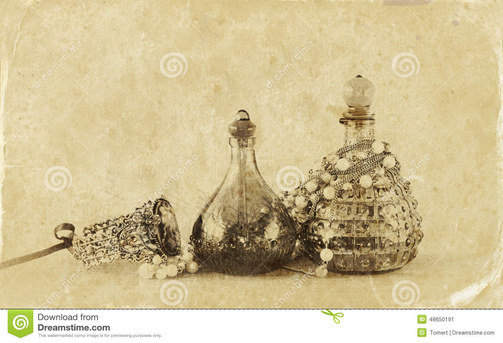 Antike parf mflaschen der weinlese auf holztisch retro for Holztisch retro