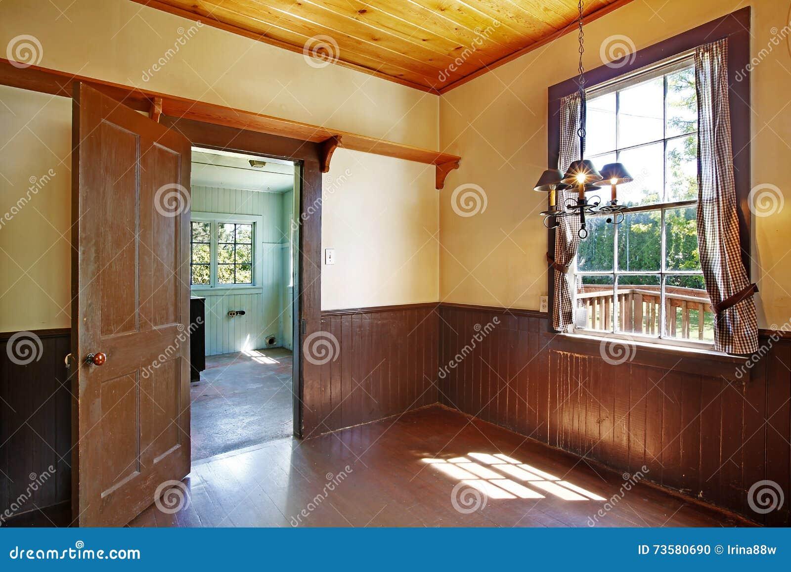 Download Antiker Küchenrauminnenraum Mit Gelben Wänden Und Braune Planke  Täfeln Ordnung Stockfoto   Bild Von Hartholz